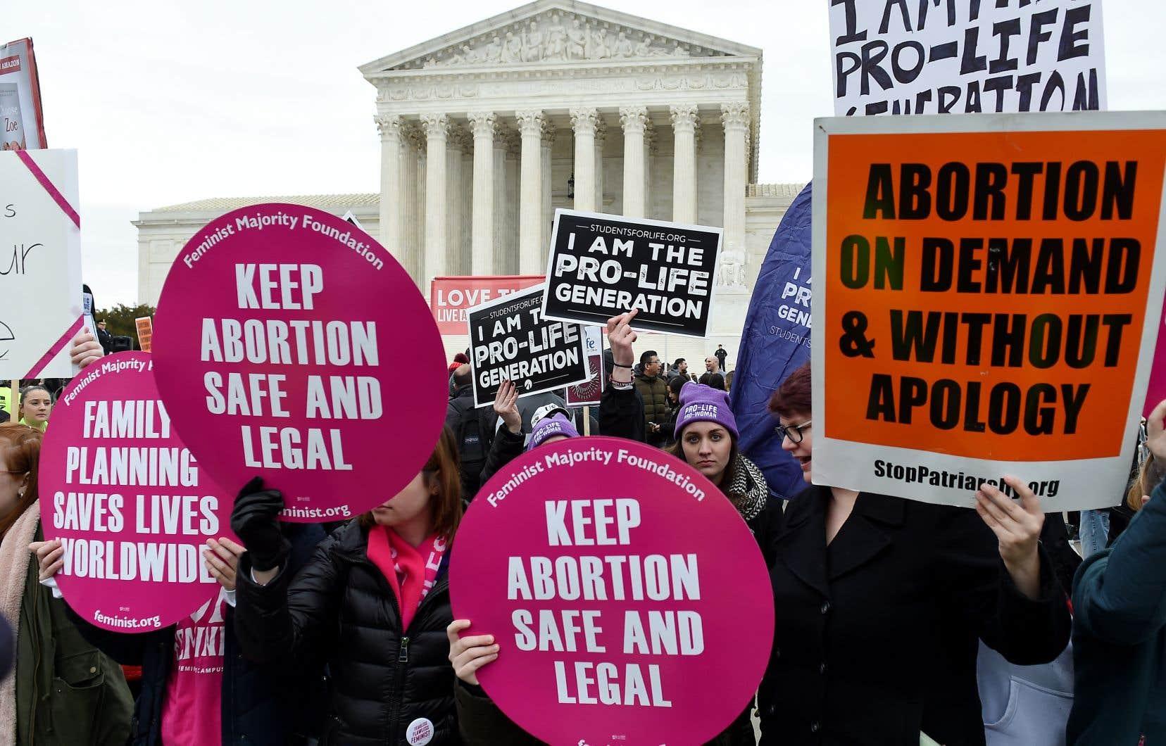 Des militants pro-choix et pro-vie manifestent devant la Cour suprême des États-Unis le 24 janvier 2020, à Washington.