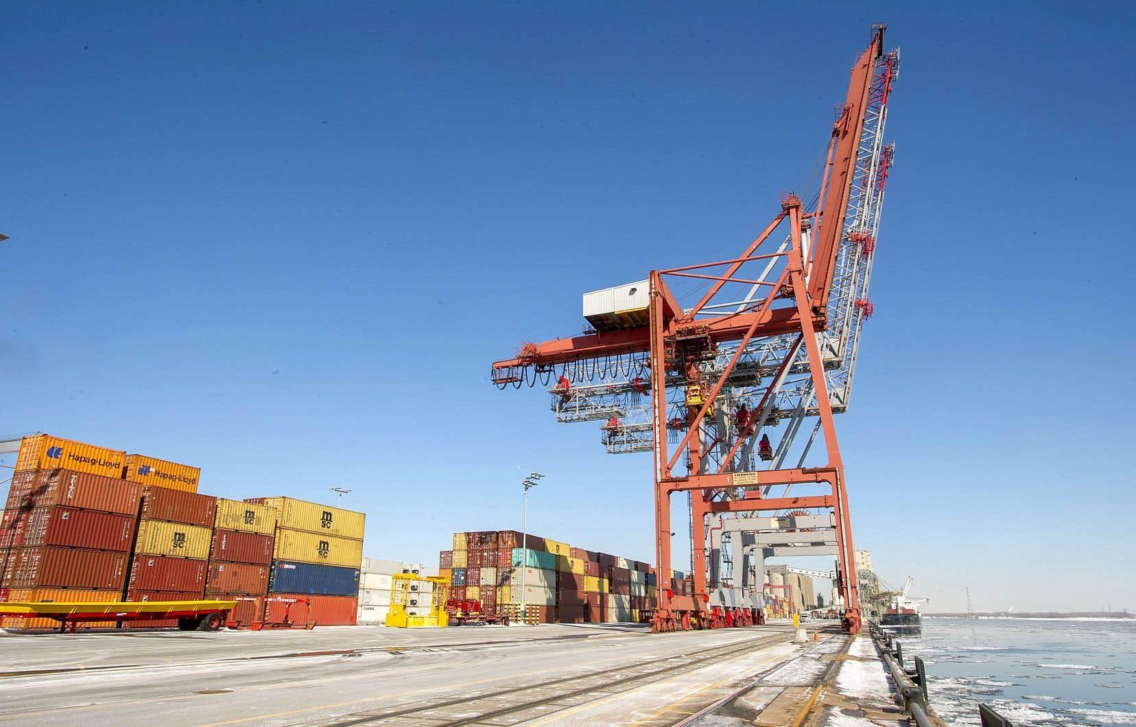 La Banque du Canada a tenu compte de l'effet du nouveau coronavirus sur l'économie mondiale, et par le fait même sur les prix des produits de base exportés par le Canada. Sur cette photo, des conteneurs de marchandises entreposés au port de Montréal.