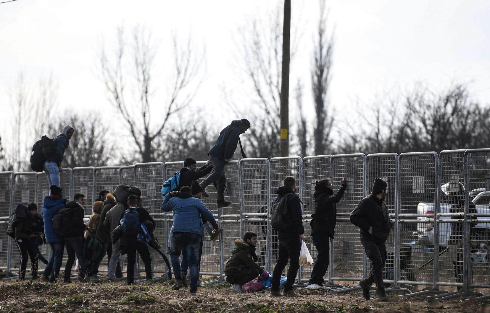 Au point de passage de Pazarkule, à la frontière turco-grecque, des migrants tentent d'entrer en Europe.