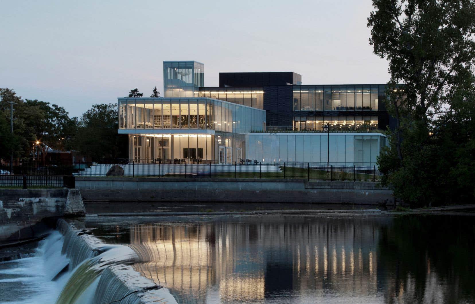 Rénové en 2015 et désormais tout habillé de verre, le Musée d'art de Joliette offre une vue imprenable sur la rivière L'Assomption.
