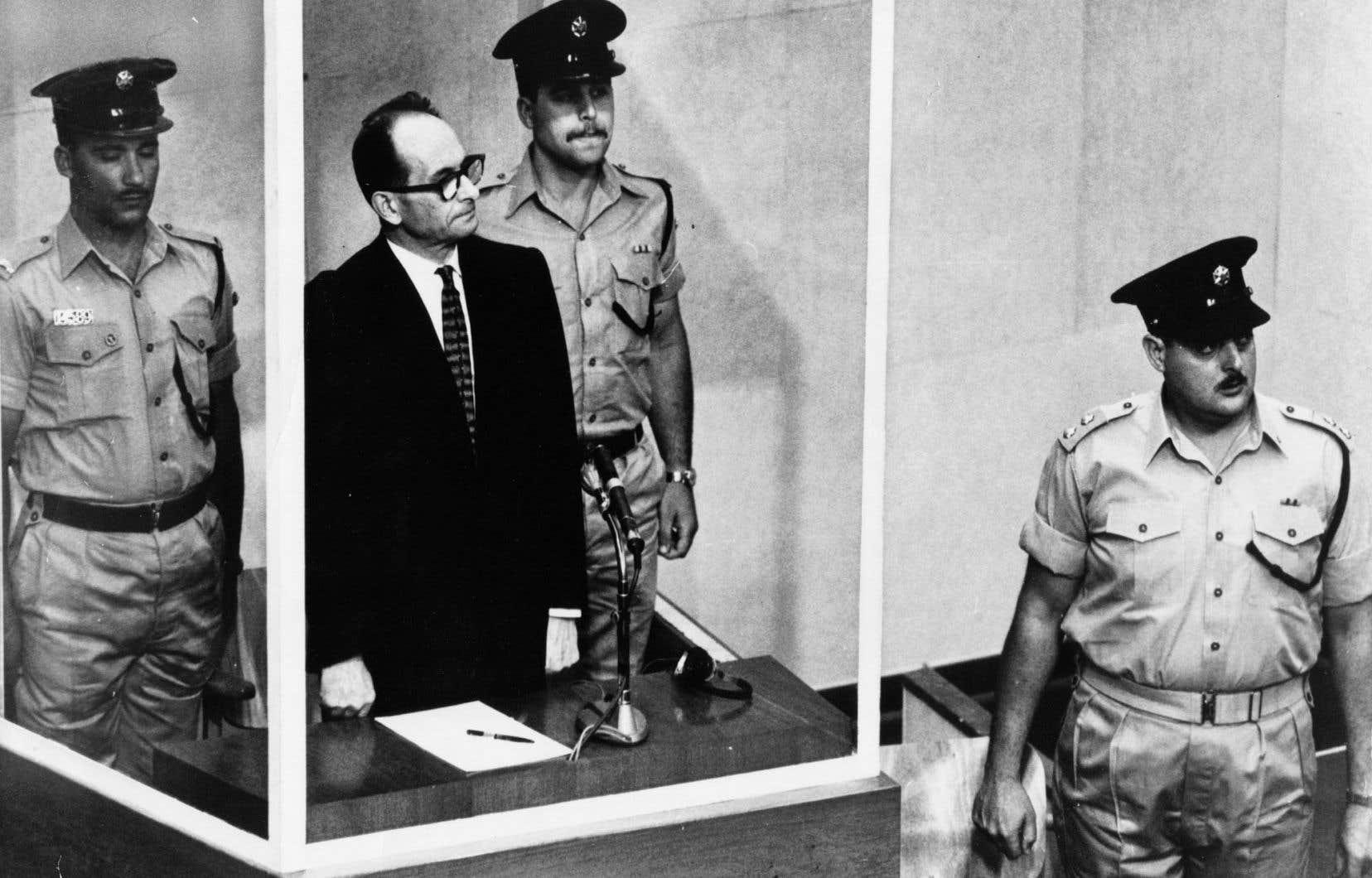 Plusieurs dizaines de dirigeants nazis responsables de l'Holocauste, dont le SS Adolf Eichmann (ici à son procès en 1961), se sont réfugiés en Argentine après la guerre.