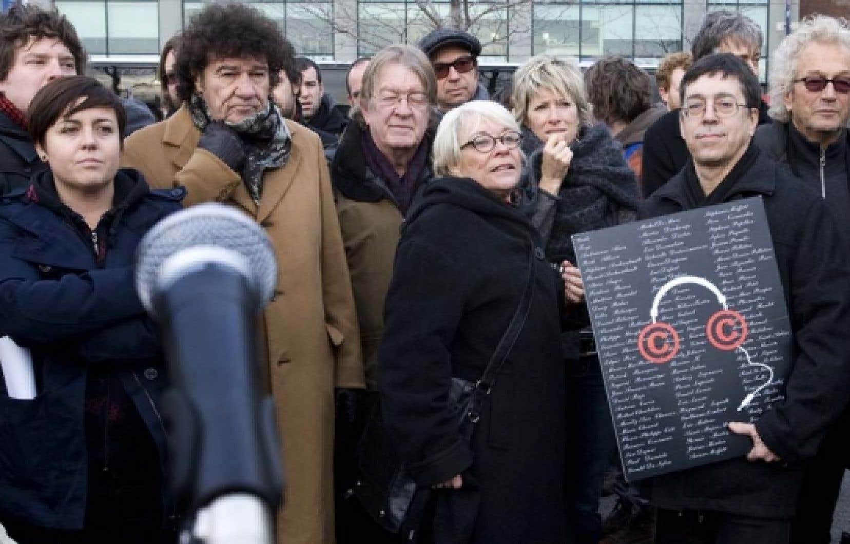 Parmi les artistes qui participent à la manifestation on reconnaît, sur la photo, Yann Perreau, Ariane Moffat, Robert Charlebois, François Cousineau, Michel Rivard, Louise Forestier, Luce Duffault, Gilles Valiquette et Luc Plamondon.