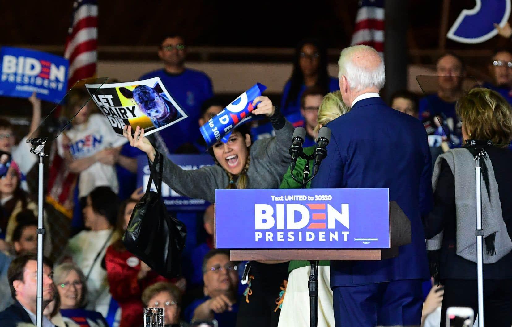 Mardi, alors que M.Biden prononçait son discours après ses victoires spectaculaires du Super Mardi des primaires démocrates, une militante végane s'est précipitée vers lui.