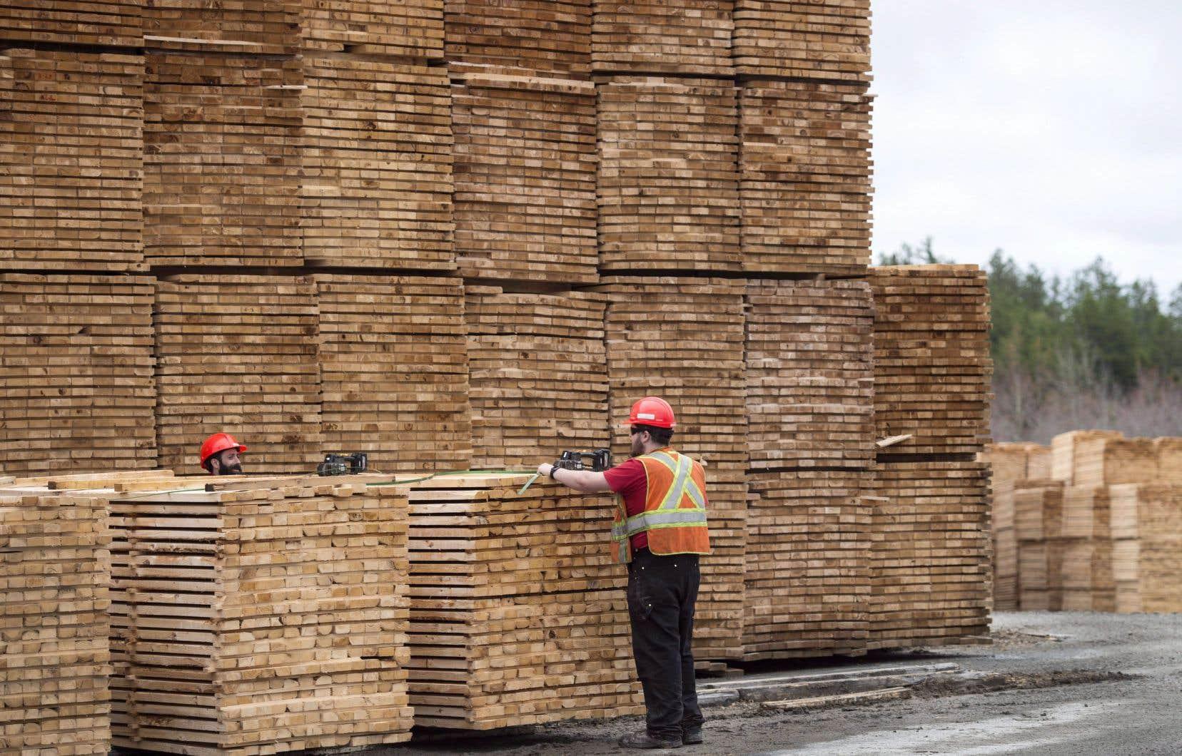 Le Québec a profité le mois dernier de la création de près de 14000 emplois à temps plein.