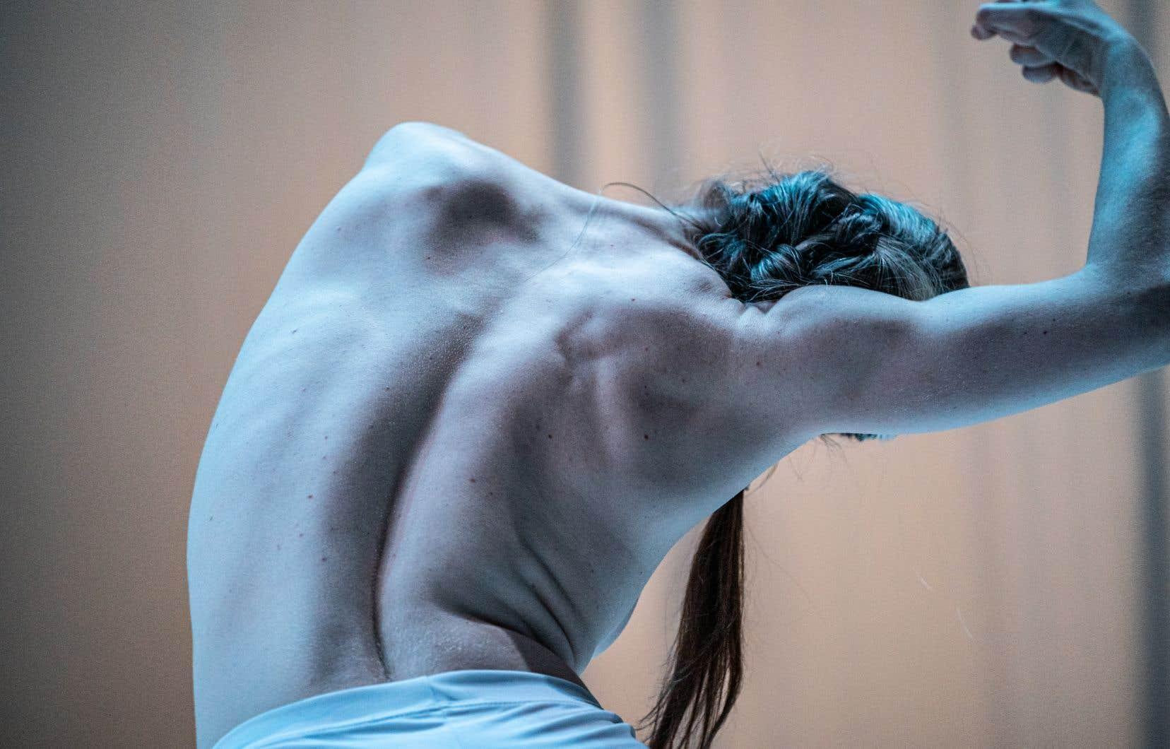 Dans «There she was» de Jane-Alison McKinney, la frontalité, l'éclairage, l'adresse directe au public, dirige notre regard vers elle, comme une opération de focalisation.