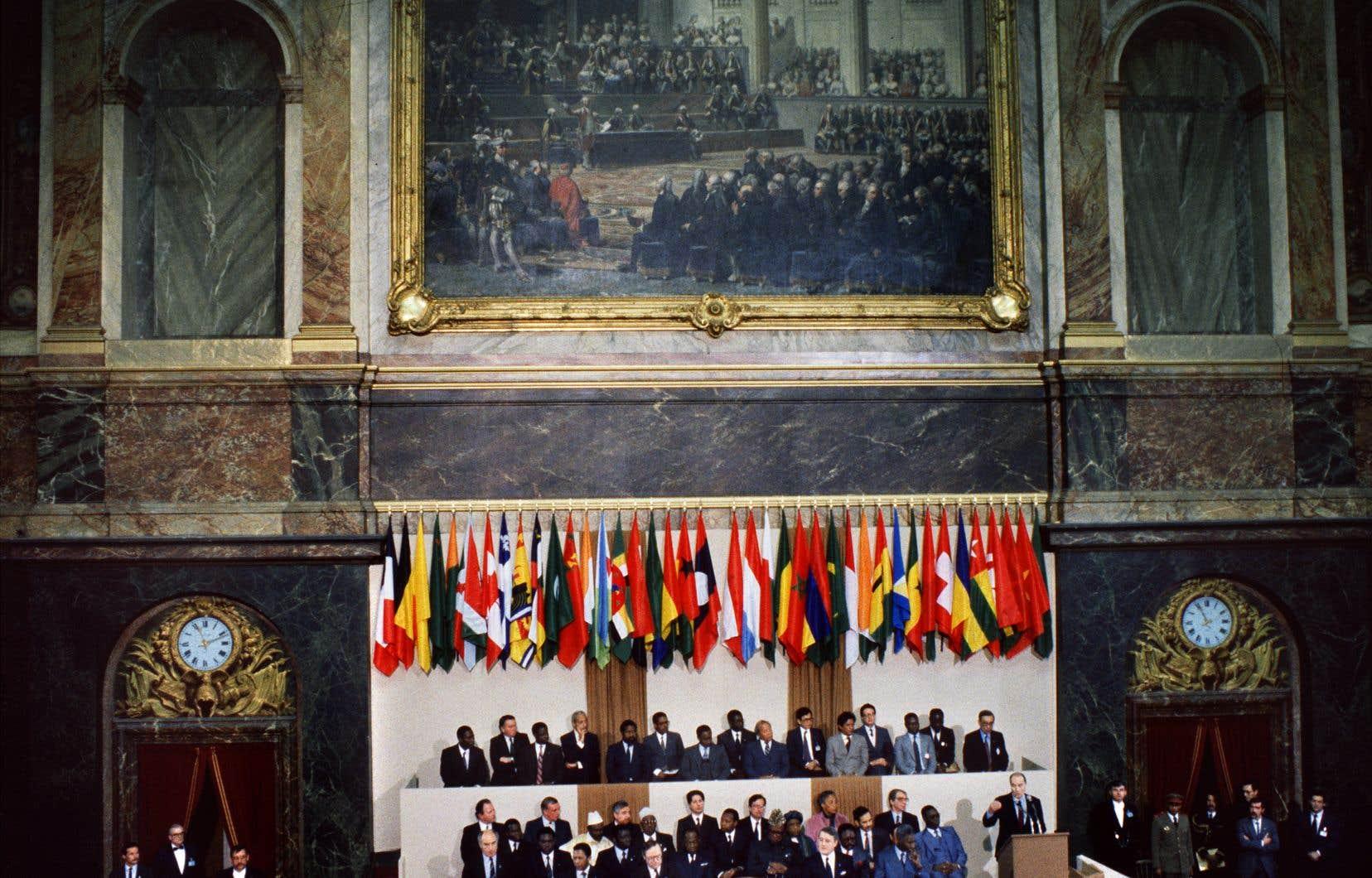 Grâce à Claude Roquet notamment, le Québec a réussi à imposer sa place lors du premier Sommet de la Francophonie, qui s'est déroulé à Versailles en 1986.