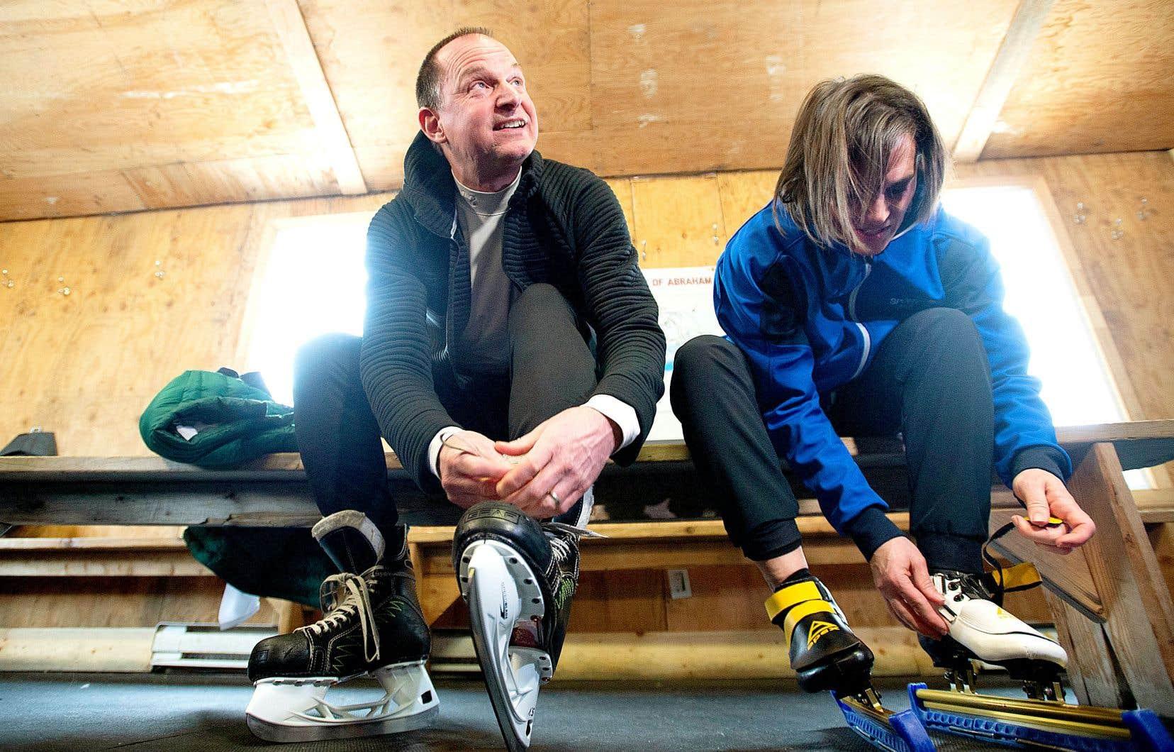 Le ministre Eric Girard a chaussé ses patins aux côtés de la ministre Isabelle Charest, lundi, à Québec, à la veille de la présentation du budget provincial.