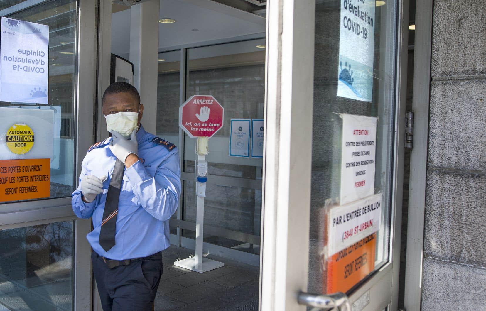 Lundi, une première clinique vouée expressément au dépistage de la COVID-19 a ouvert ses portes dans l'ancienne urgence de l'Hôtel-Dieu de Montréal. Trois infirmières et un médecin y prodigueront des services douze heures par jour.