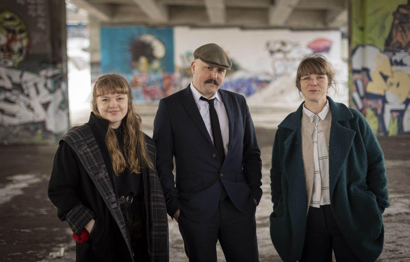 Simon Dumas, directeur artistique de Rhizome, entouré des codirectrices du Mois de la poésie Juliette Bernatchez et Vanessa Bell