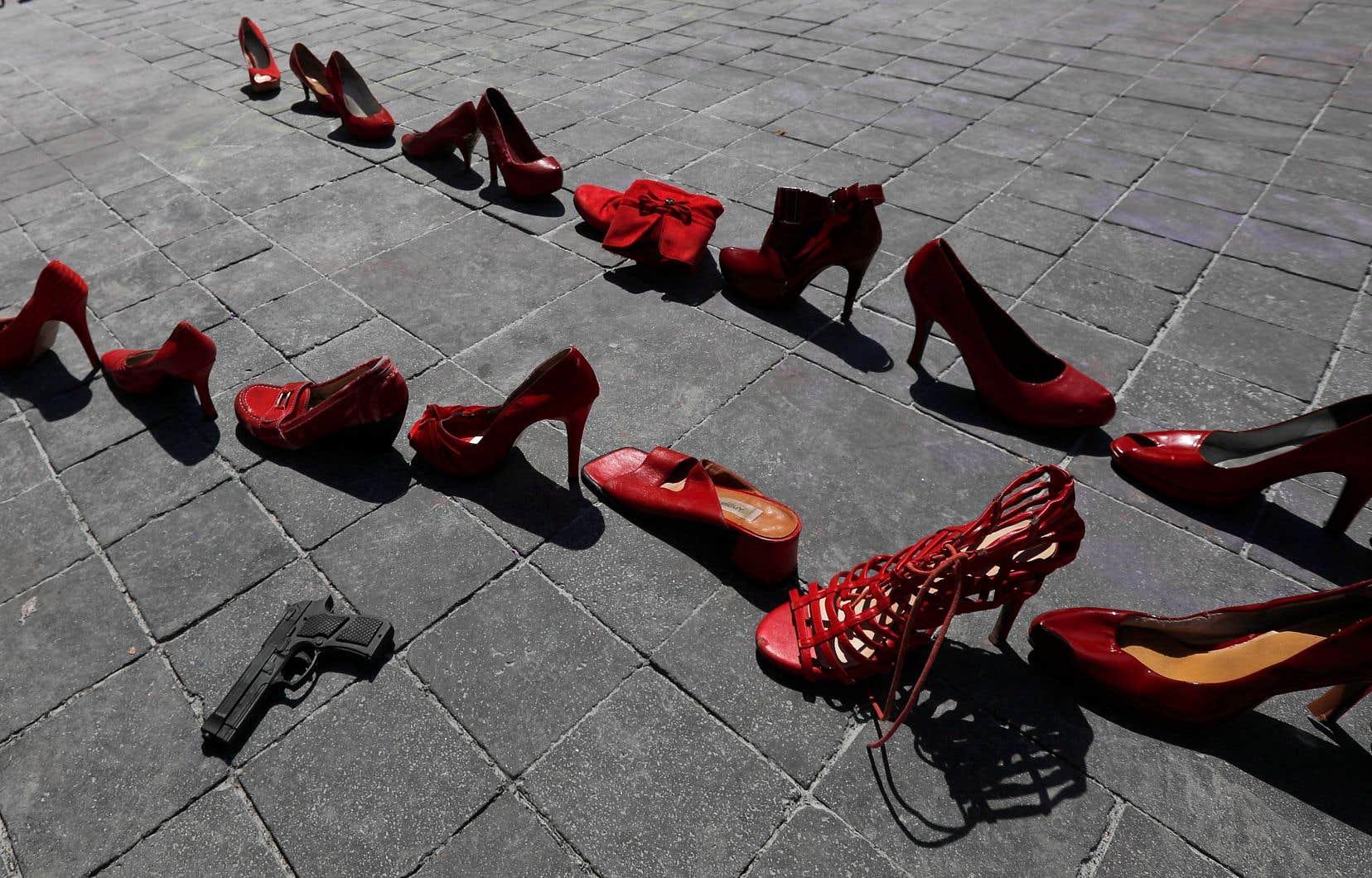 Un pistolet jouet a été placé entre des rangées de souliers de femmes sur une place publique du centre-ville de Mexico, une installation pour dénoncer la violence faite aux femmes. Le pays a recensé 1006 féminicides en 2019, selon des chiffres officiels qui, selon des experts, pourraient être les plus élevés.