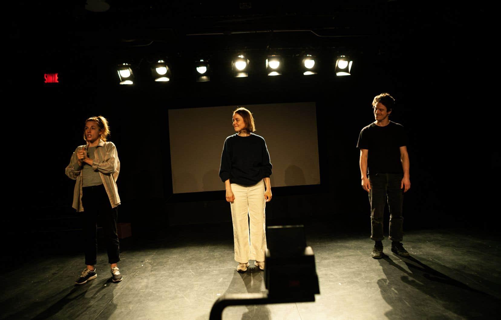 Grâce à la caméra placée dans ladite boîte, les spectateurs peuvent suivre l'expérience sur l'écran qui se trouve en fond de scène.