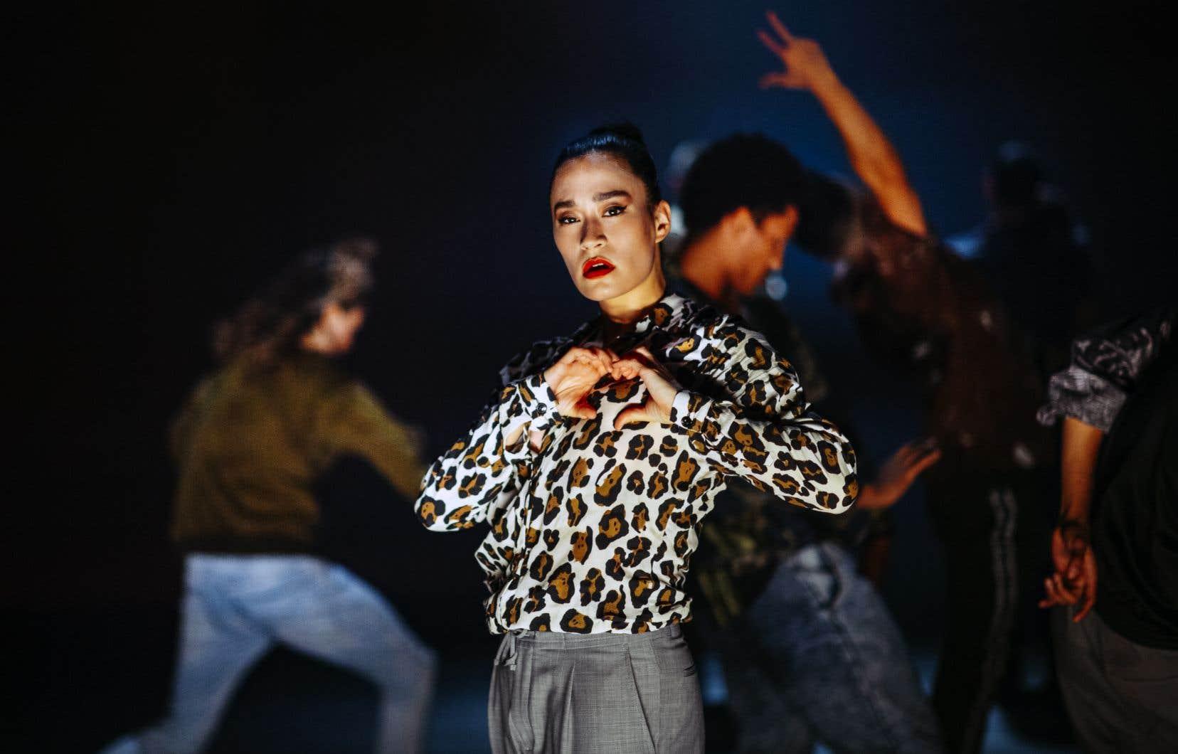 L'écriture chorégraphique de groupe de «Vladimir», qui circule aux abords de quatre panneaux de bois, se compose de nombreux registres de danse allant de multiples folklores aux danses sociales, en passant par des similis «street dances».