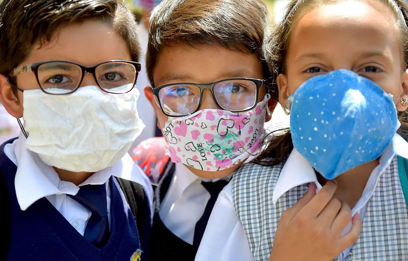 En Colombie, des écoliers ont récupéré différents tissus pour s'en fabriquer des masques afin, espèrent-ils, de se protéger contre le nouveau coronavirus. Dans ce pays comme dans plusieurs autres, il y a rupture des stocks de masques.