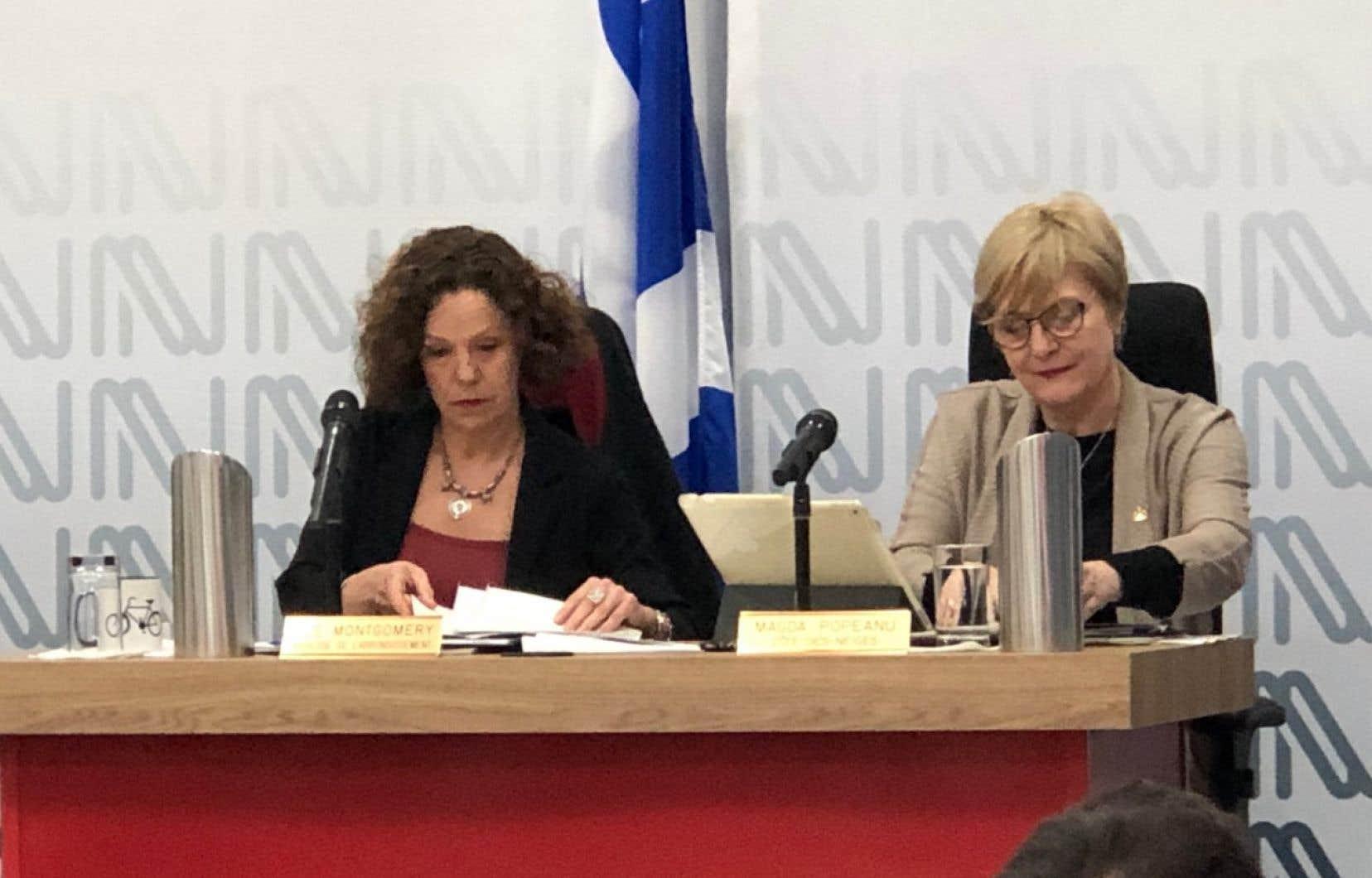 La conseillère de Projet Montréal, Magda Popeanu (àdroite de la mairesse Sue Montgomery)