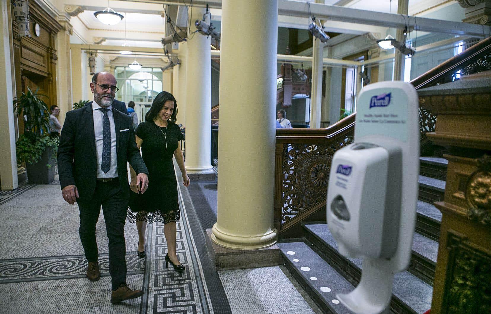 La mairesse Valérie Plante, accompagnée du directeur général de la Ville de Montréal, Serge Lamontagne