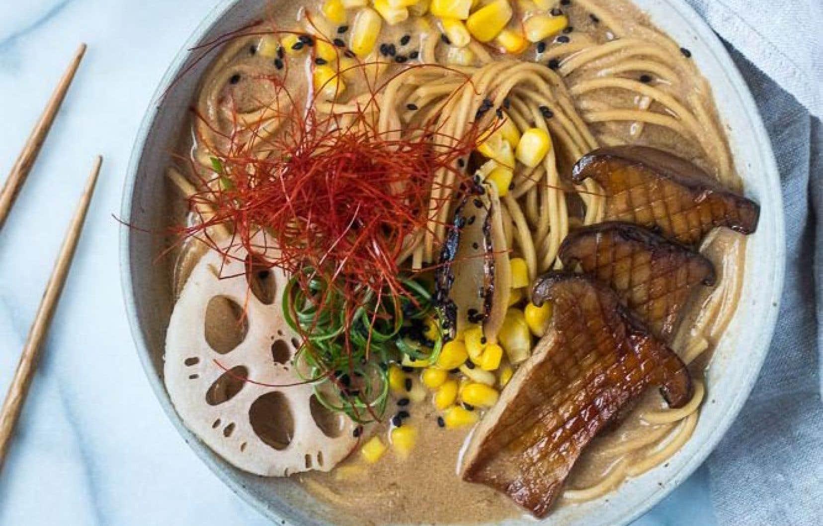 Déposer les nouilles cuites dans un bol, ajouter une ou deux louches de bouillon et garnir au choix.