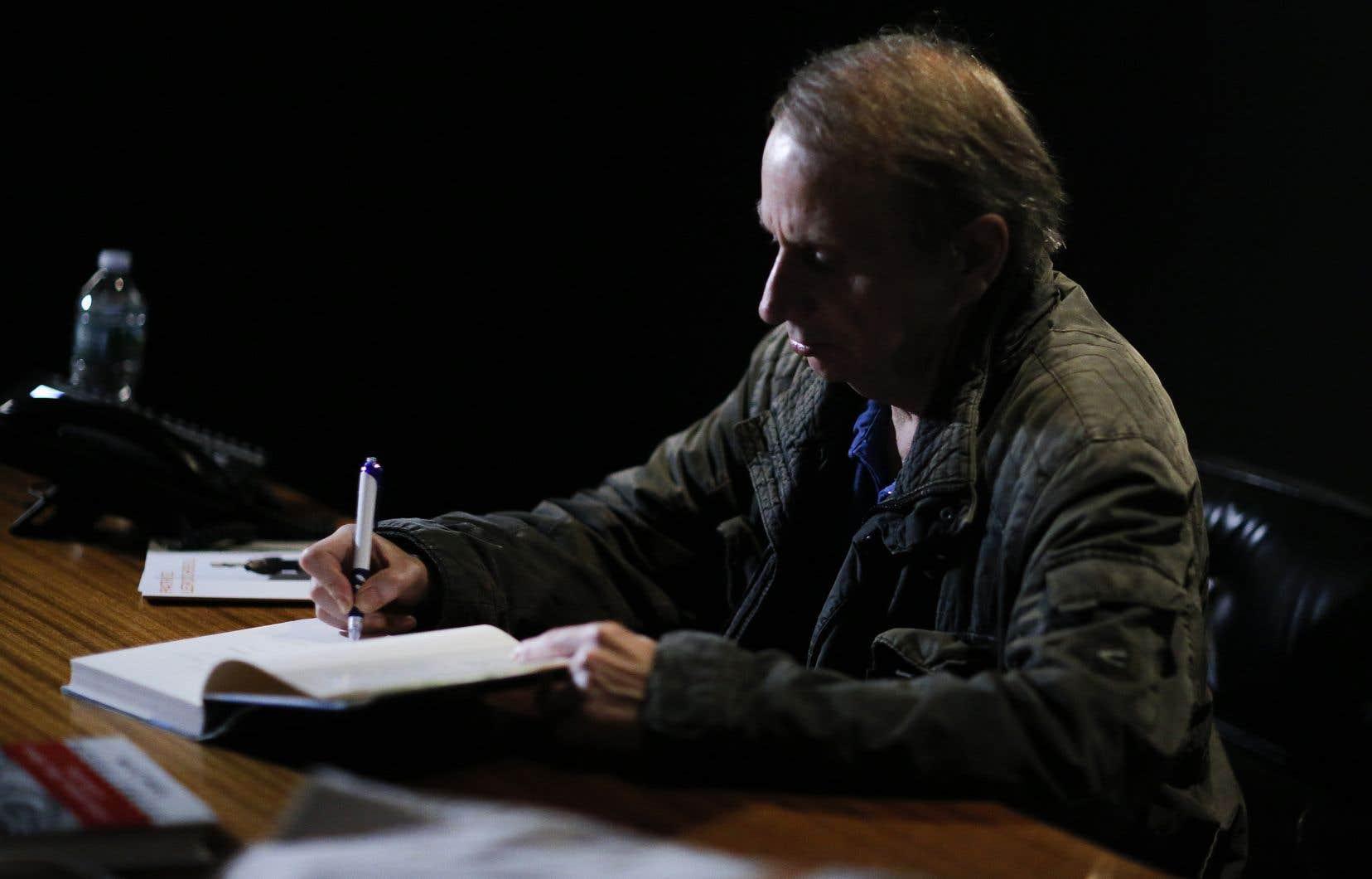 L'auteur français Michel Houellebecq en séance de signature à New York