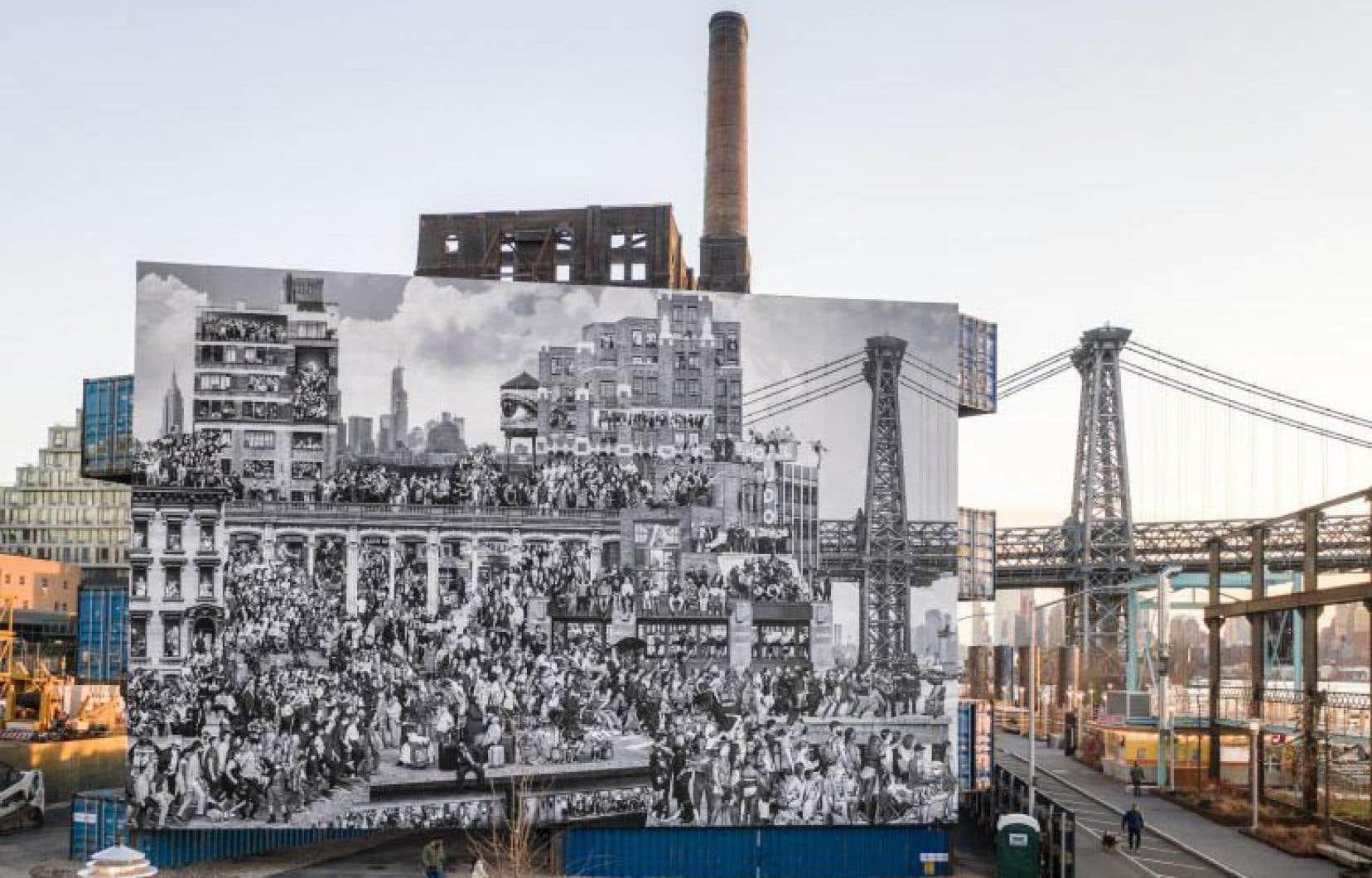 «The Chronicles of New York City» de JR et Triangle STACK #2 de LOT-EK, 2020, au Domino Park à Brooklyn