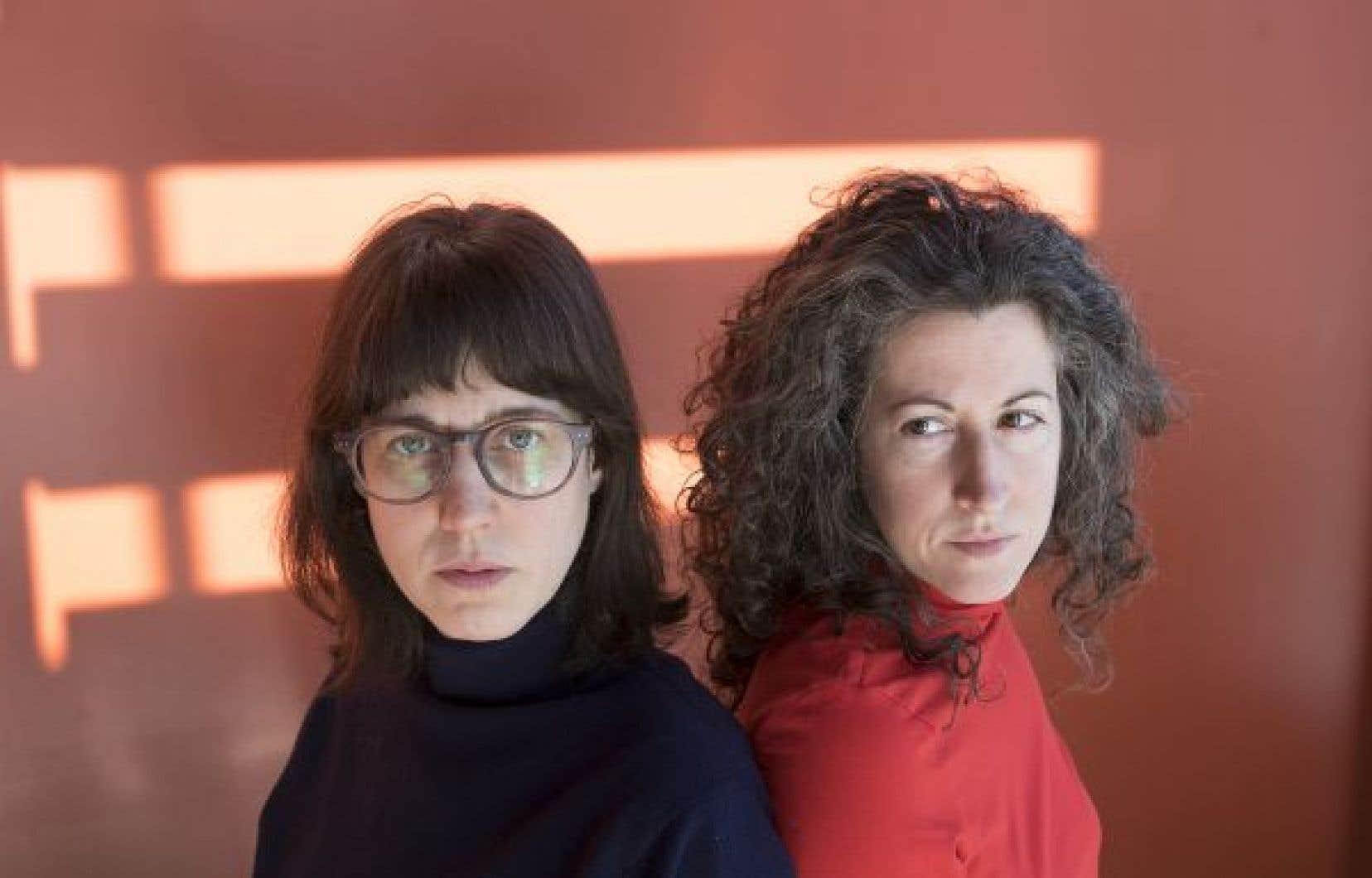 La pièce montée  par Édith Patenaude  (à gauche)  et Sarah Berthiaume montre combien  la peur  peut devenir contagieuse  au sein d'une communauté.