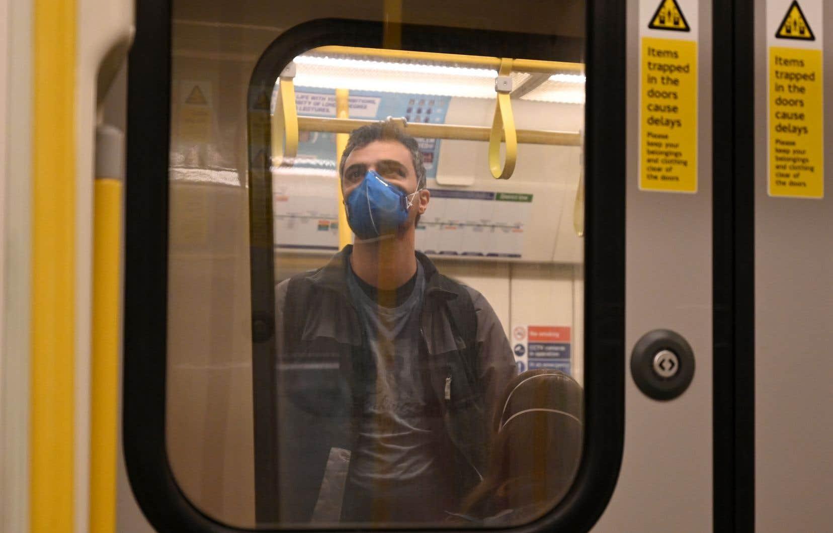 L'épidémie commence à se propager rapidement au Royaume-Uni. En photo, un passager du métro de Londres.