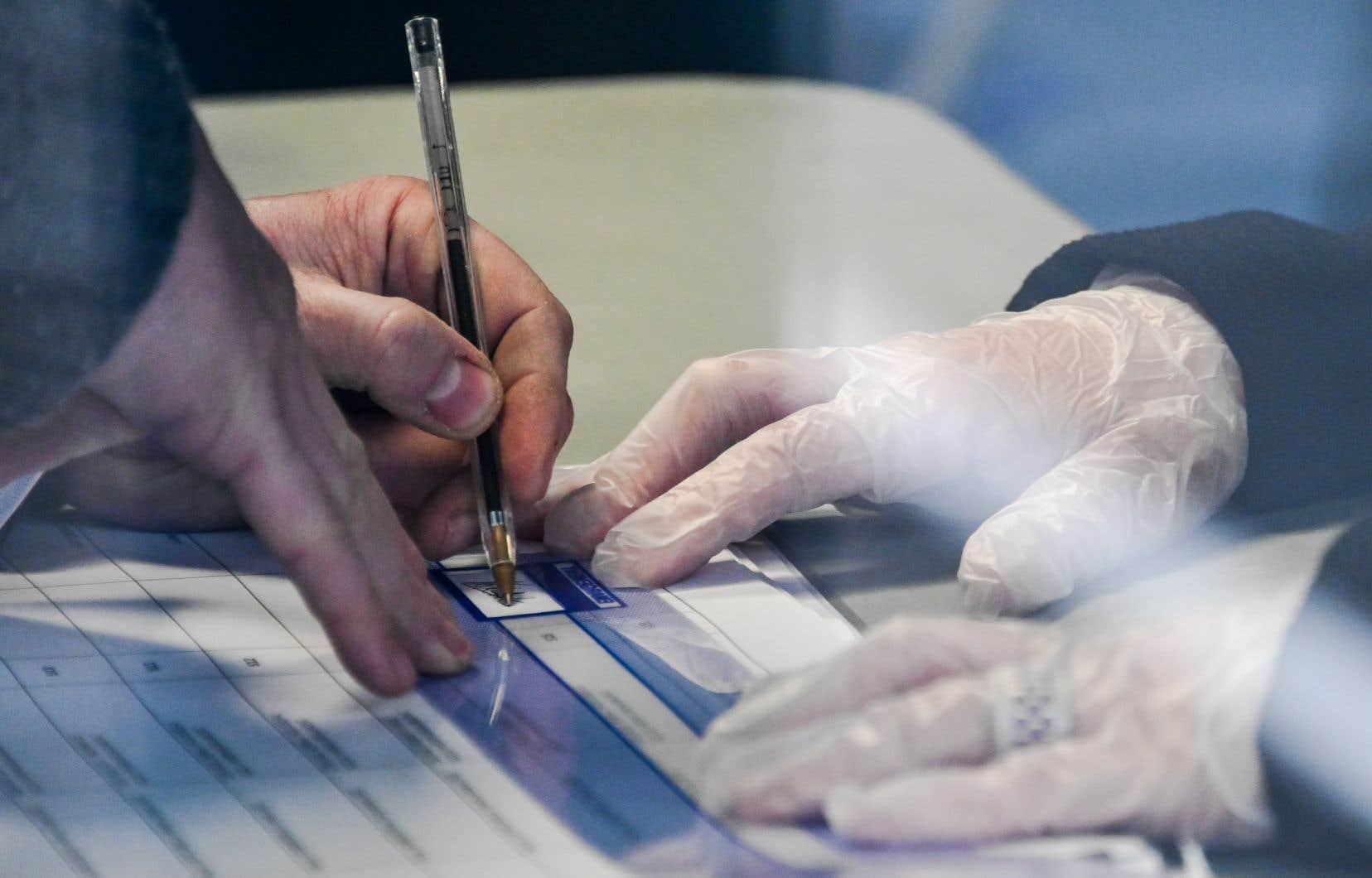 Les assesseurs portent des gants et les électeurs sont invités à apporter leur propre stylo.