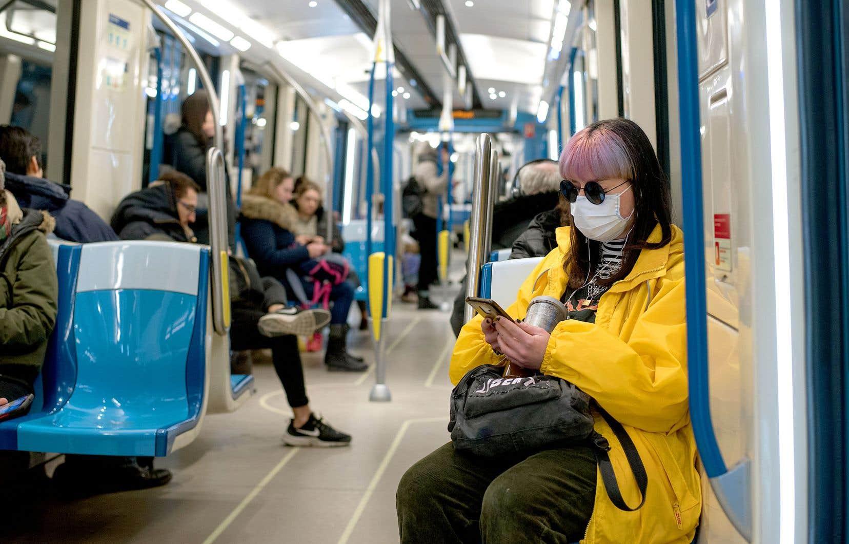 Le professeur Benoit Barbeau croit que, dans les territoires placés en quarantaine, les réseaux de transport limiteront le nombre de métros et d'autobus en circulation pour les réserver aux cas urgents et essentiels.