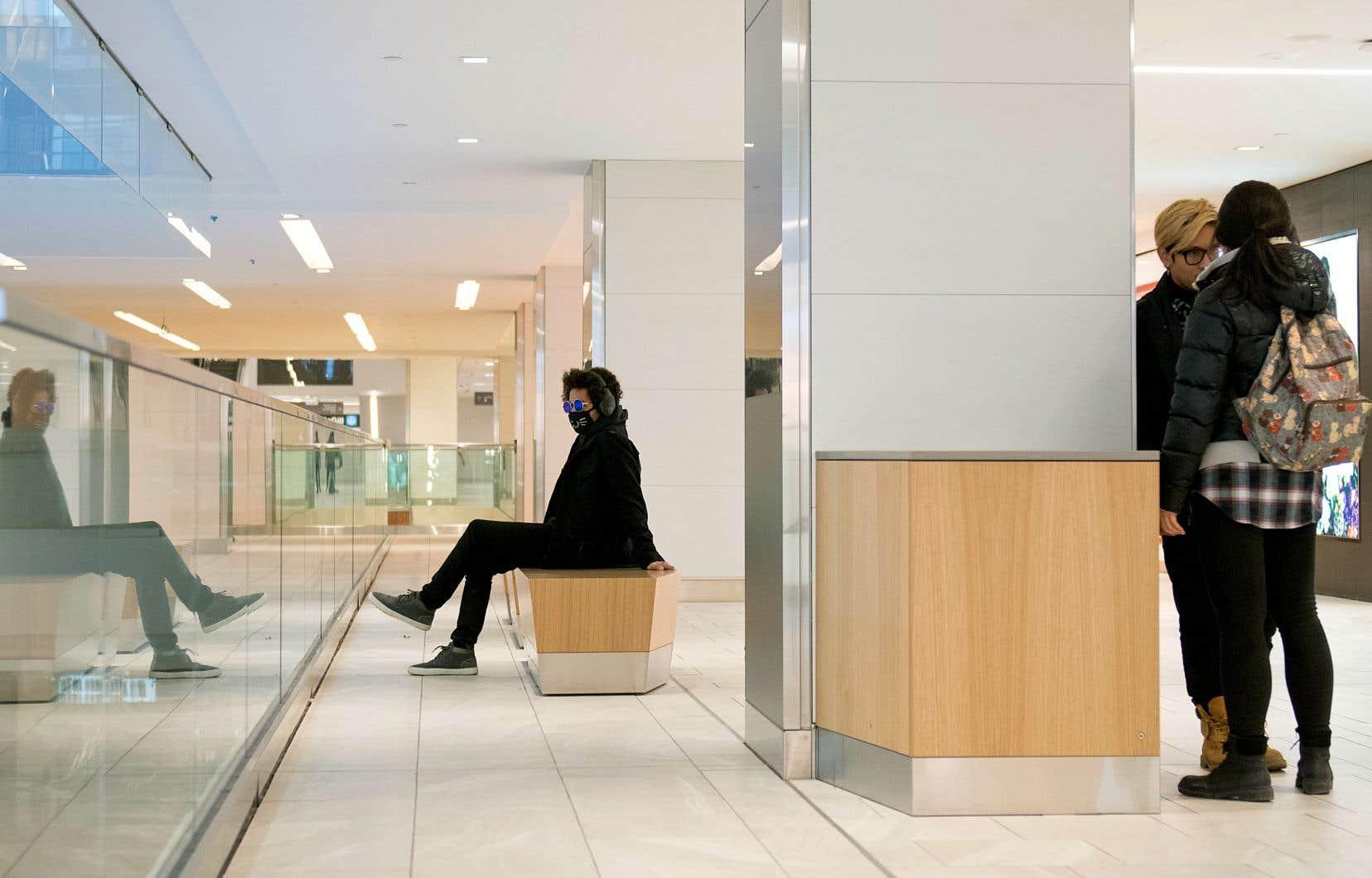 Peu de Montréalais passent leur dimanche à magasiner, comme ici au Centre Eaton, le 15 mars 2020.