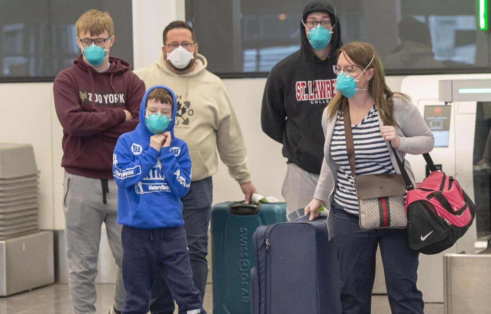 Des voyageurs à l'aéroport Montréal-Trudeau, vendredi