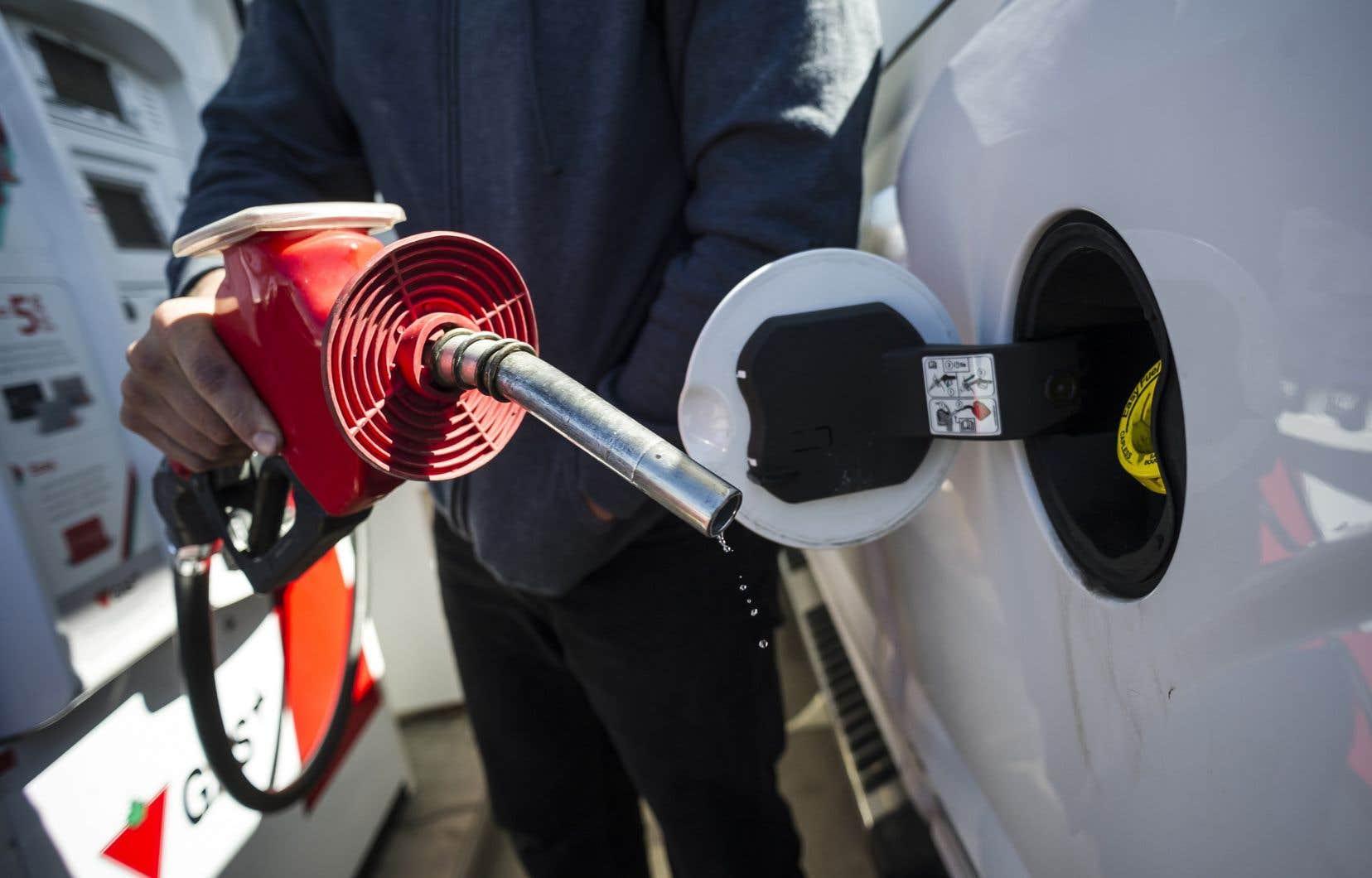 Le prix moyen du litre d'essence ordinaire au Québec était légèrement supérieur à 0,96 $ lundi matin.