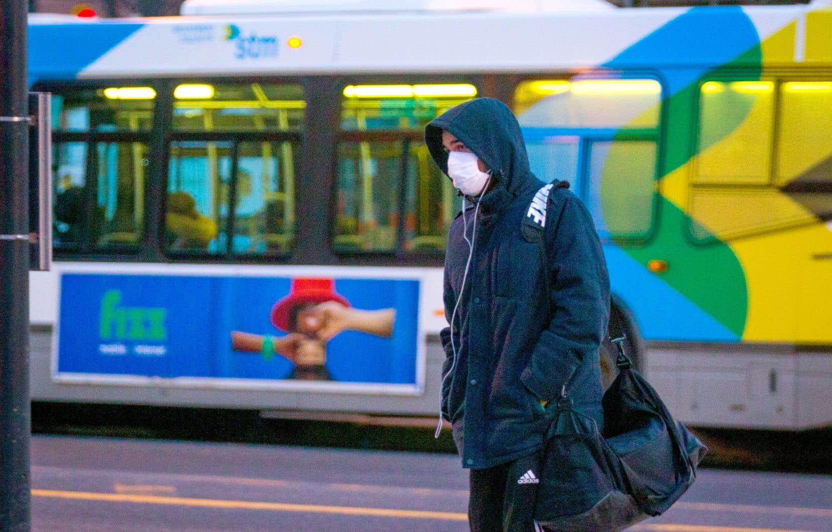 Des passagers montréalais ont dû entrer dans leur autobus par la porte arrière, lundi, à la demande de chauffeurs.