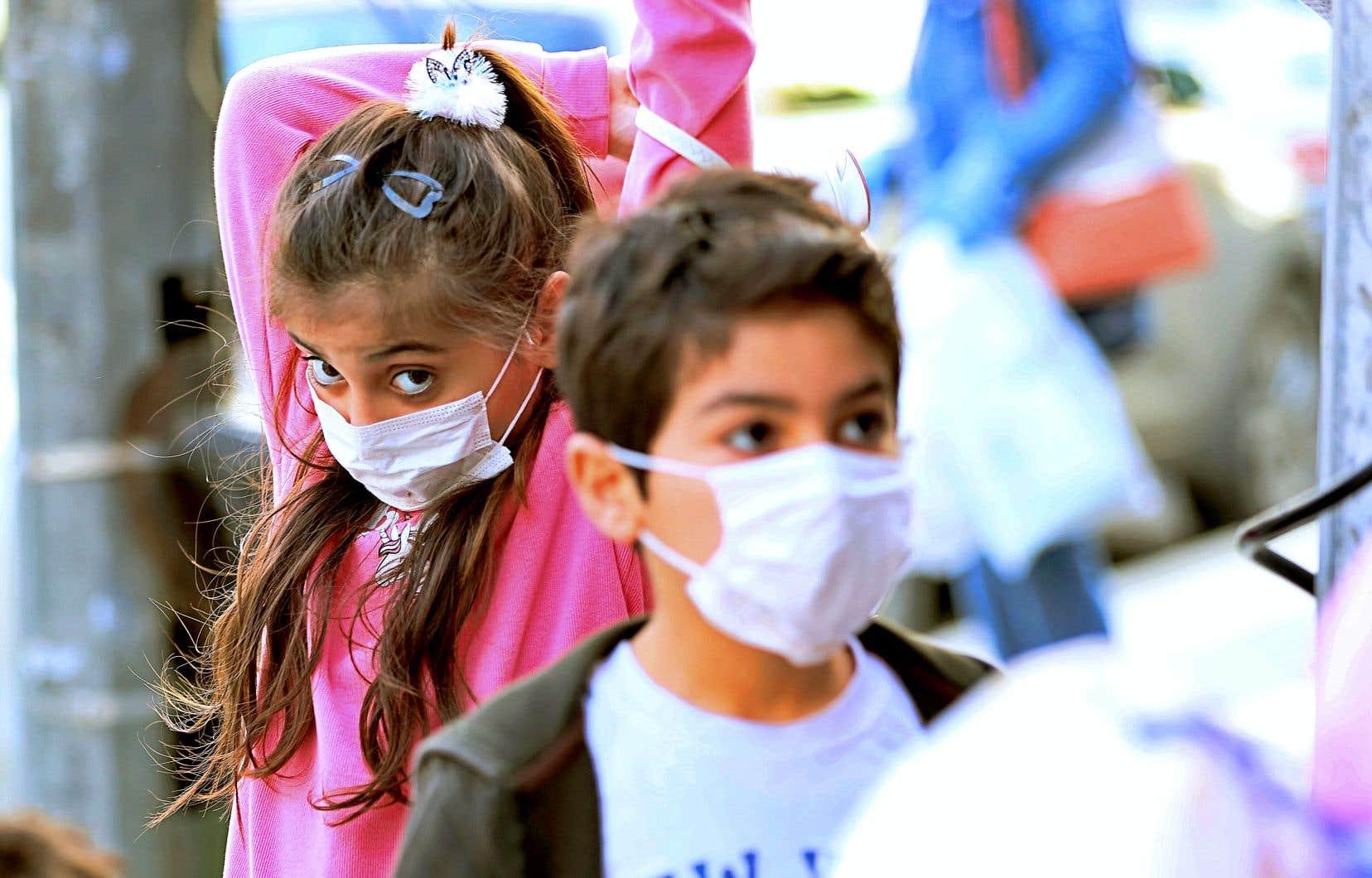 Des enfants portant un masque contre le coronavirus à Bagdad, la capitale irakienne