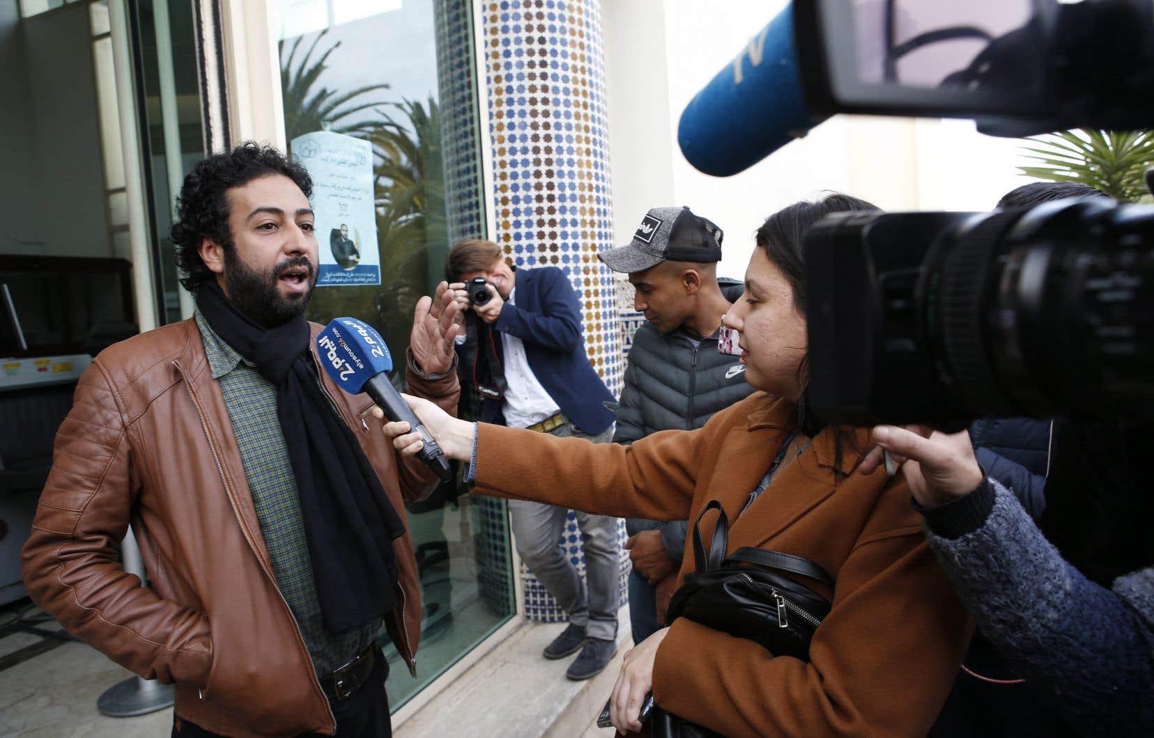 Le journaliste Omar Radi, à gauche, à la sortie d'une audience le 5 mars dernier