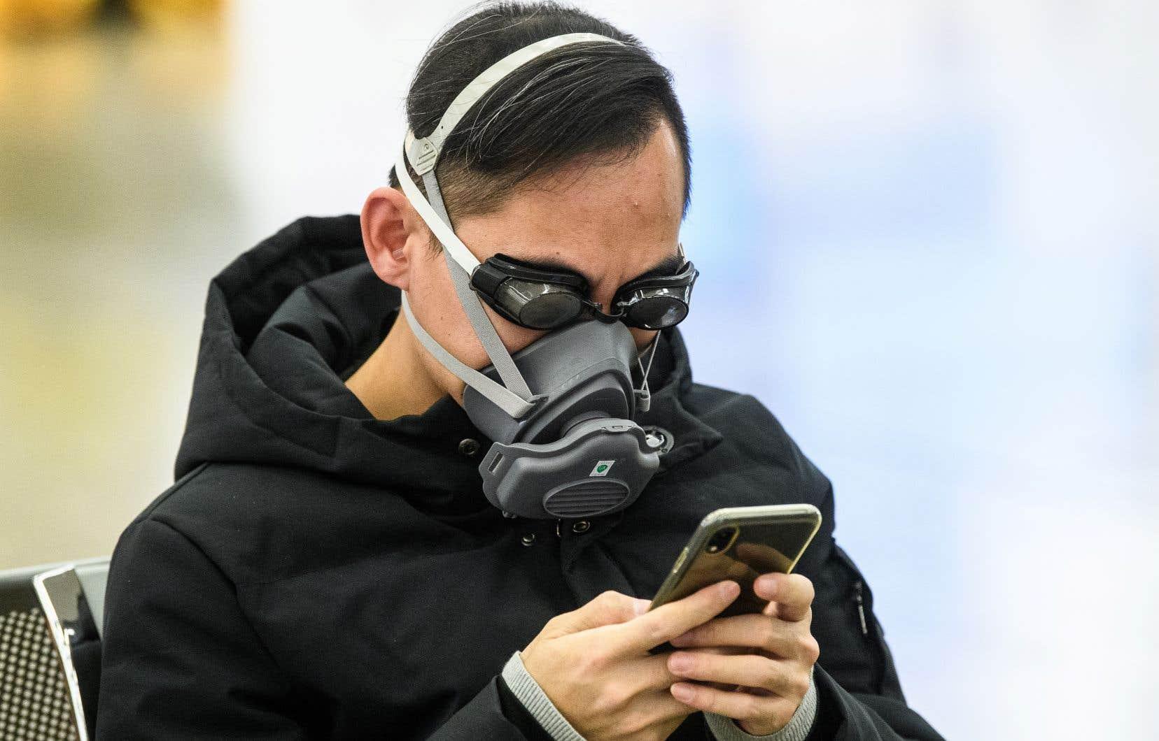 Ces décisions interviennent au moment où la réponse mondiale à la pandémie s'intensifie et où de fausses informations mettant en doute parfois la réalité même du virus circulent sur Internet.