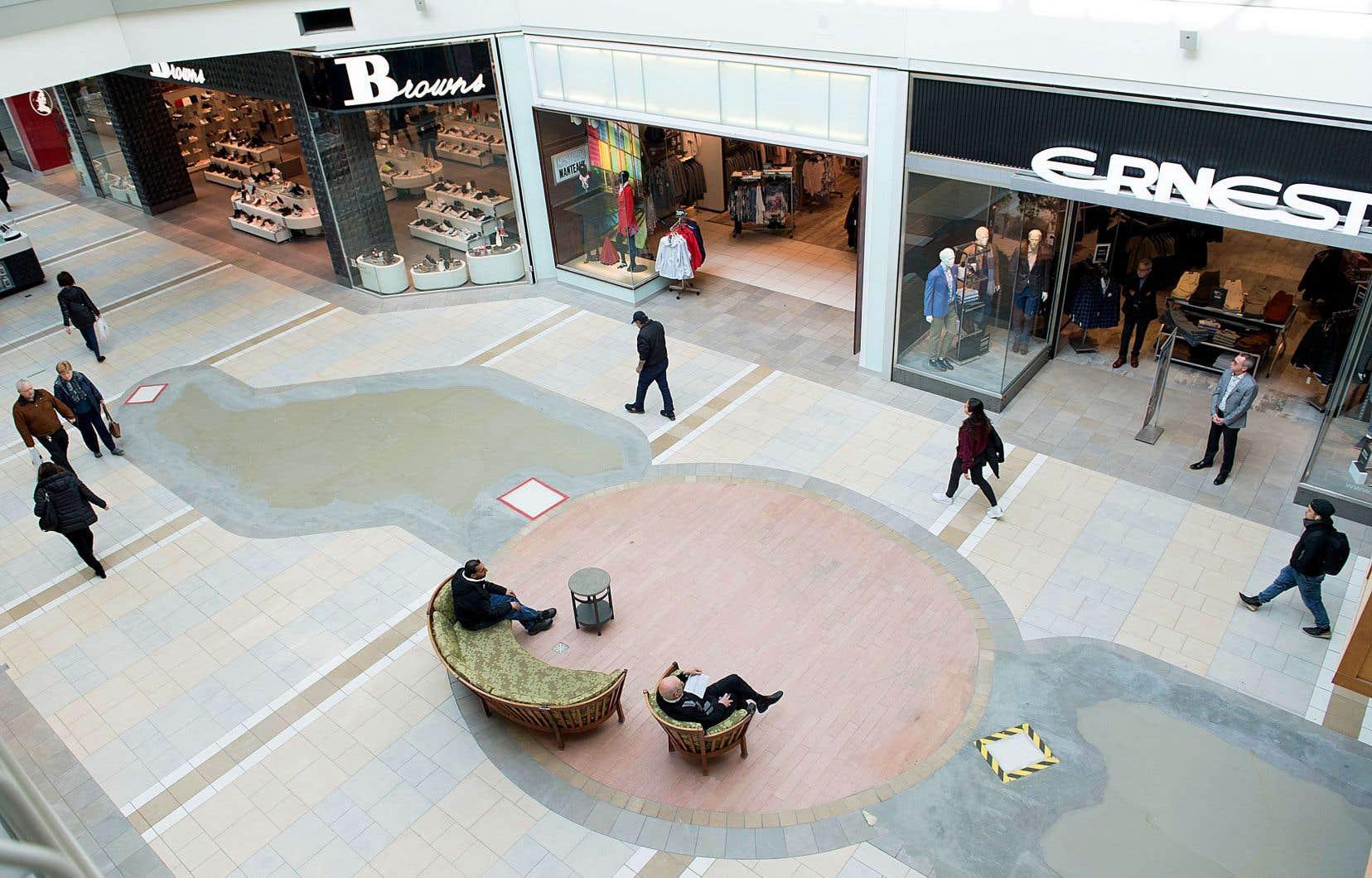 Quelques rares visiteurs arpentaient le centre commercial de Pointe-Claire, mercredi. Ottawa a annoncé un plan d'aide pour soutenir les travailleurs et les entreprises aux prises avec le fort ralentissement économique provoqué par la pandémie.
