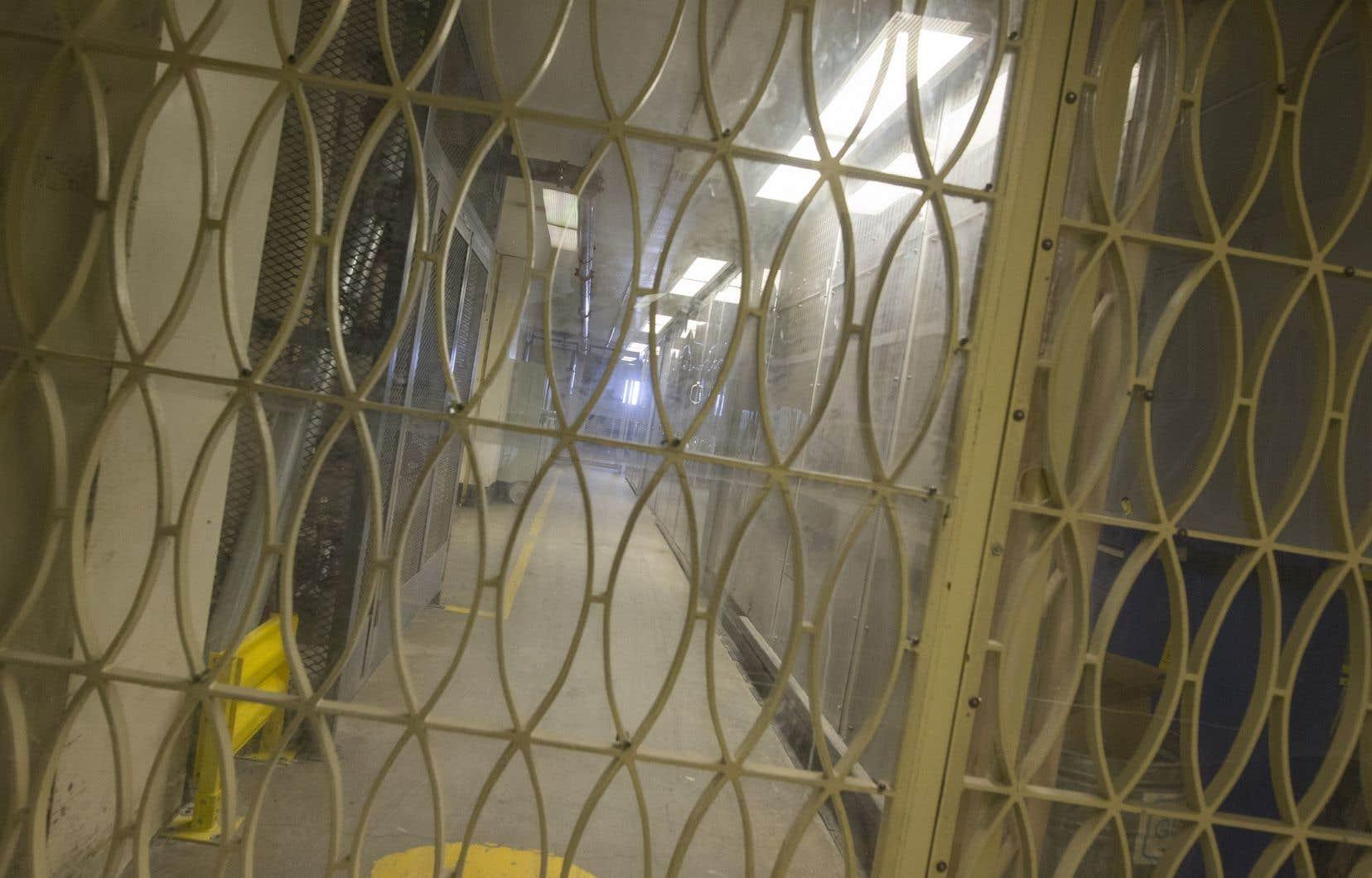 Les visites dans les établissements de détention provinciaux et fédéraux ont été suspendues samedi au lendemain de l'arrêt forcé de plusieurs services.