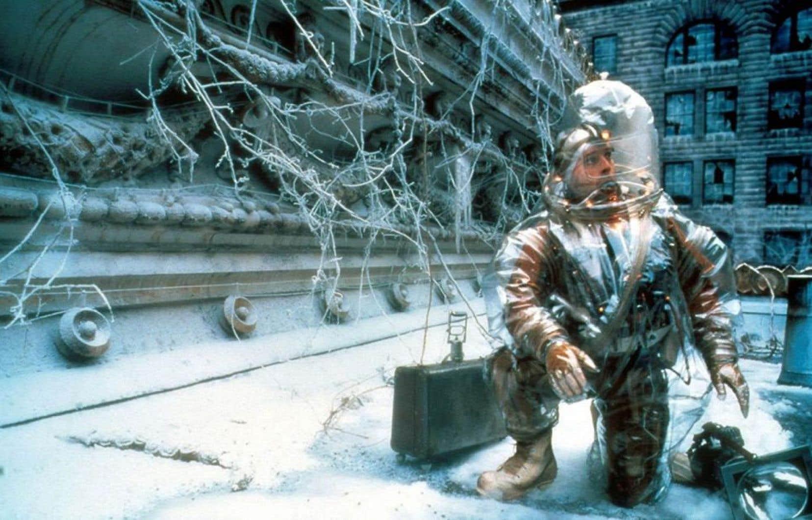 Bruce Willis en tenue futuriste post-pandémie dans «L'armée des 12 singes», de Terry Gilliam, sorti en 1995.