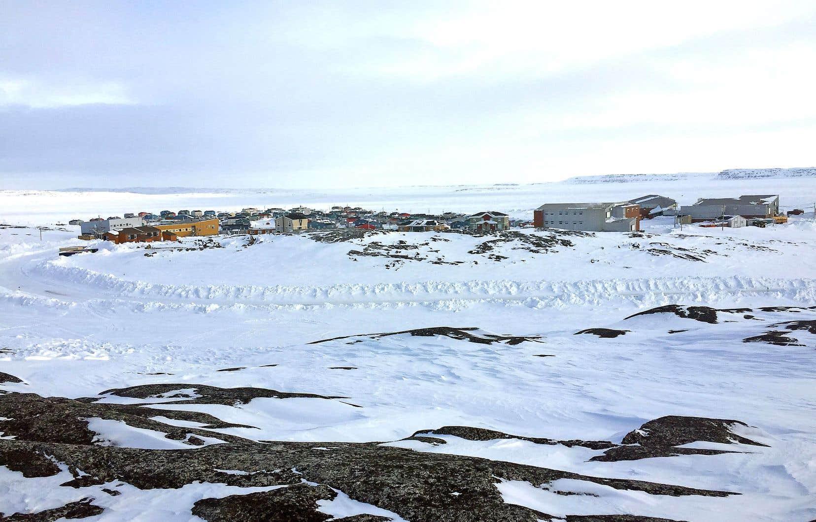 Au Nord, les risques de propagation sont accrus: l'un des problèmes majeurs est l'absence de lieux où confiner les gens en quarantaine, reconnaît Jennifer Munick, présidente de l'administration régionale Kativik.