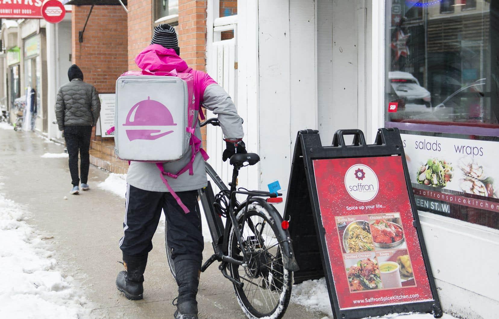 «La livraison à domicile d'épicerie ou de plats préparés proposés par de nombreux restaurants peut servir de moyen de distanciation sociale», affirment les auteurs.