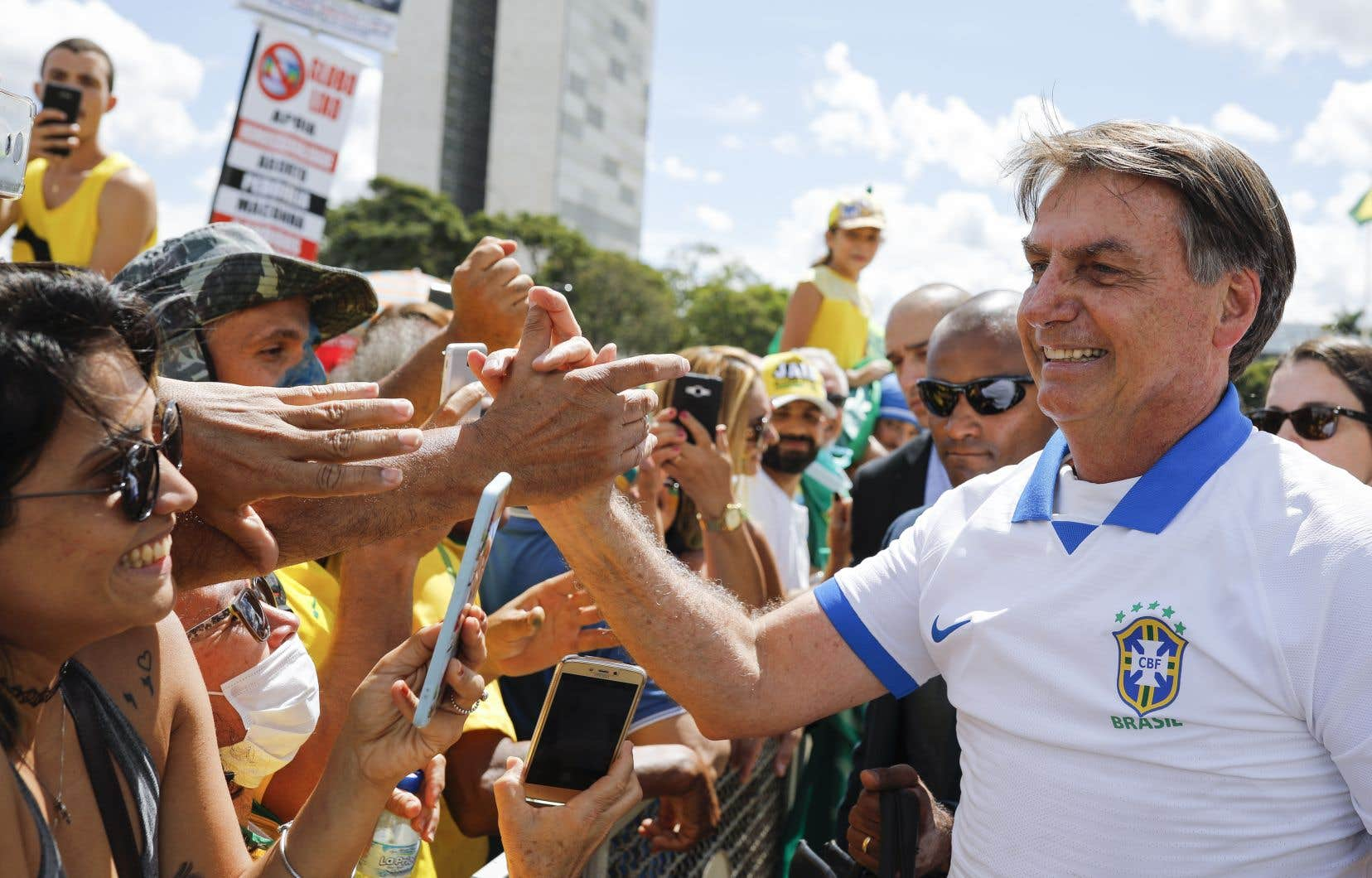 Des centaines de partisans de Bolsonaro se sont réunis dimanche à Brasilia, dont certains portaient des masques avec des inscriptions telles que «le virus, ce sont les ordures du Parlement». Le président lui-même a fait une apparition au rassemblement, serrant des mains et prenant des selfies.