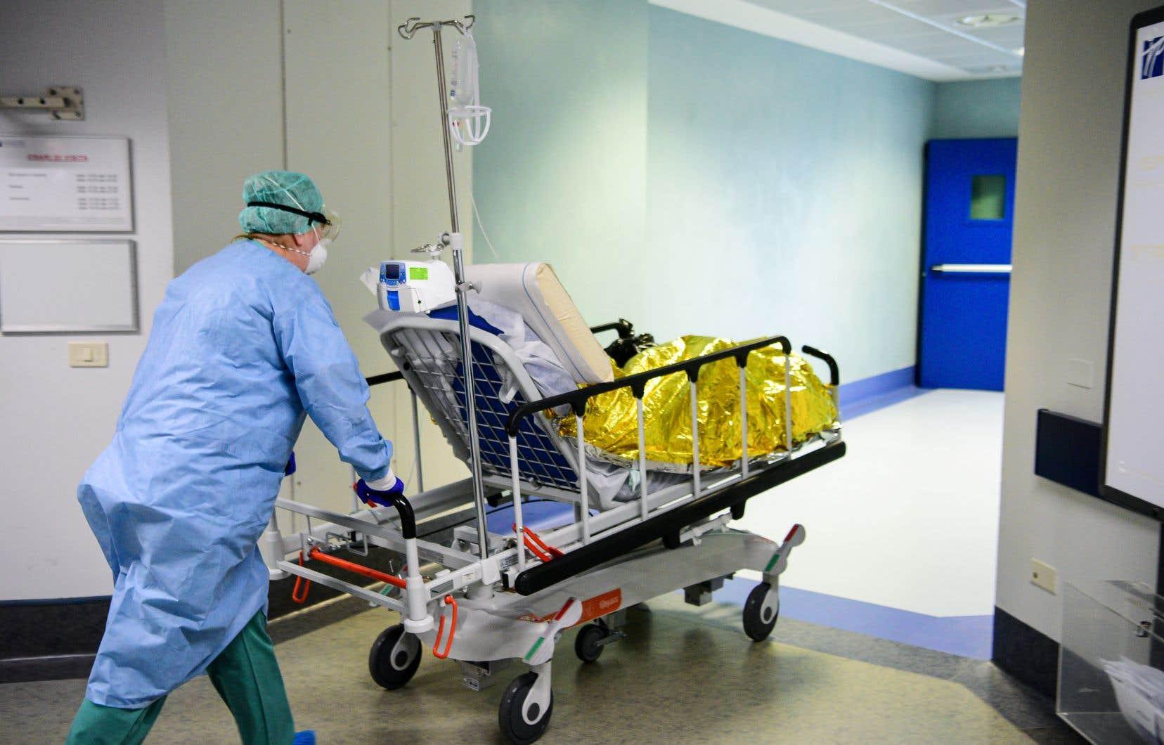 Un patient est transporté vers la nouvelle unité de soins intensifs de l'hôpital de Brescia Poliambulanza, en Lombardie.