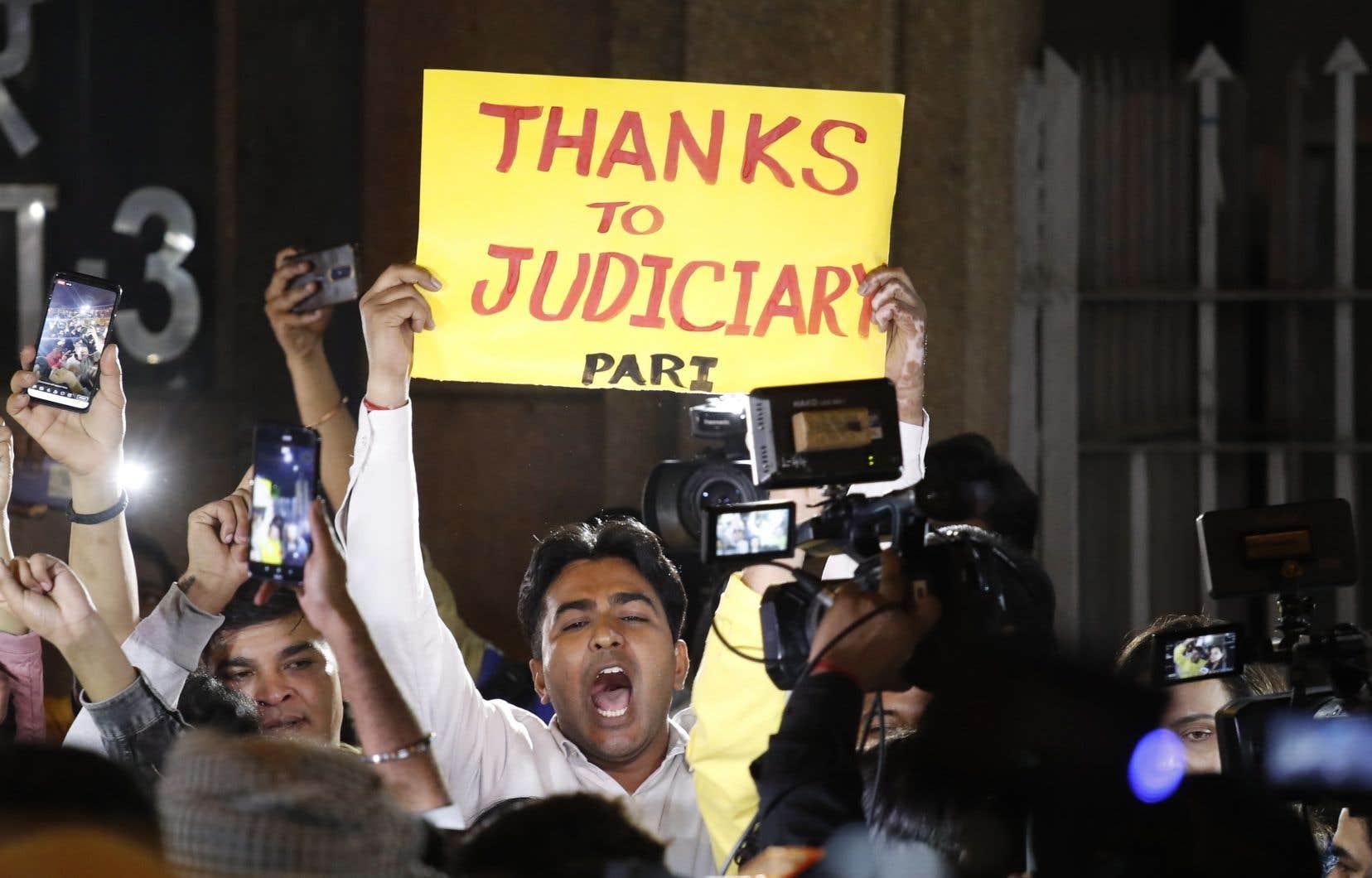 Quelques manifestants s'étaient rassemblés devant la prison de Tihar pour saluer l'exécution des quatre hommes.