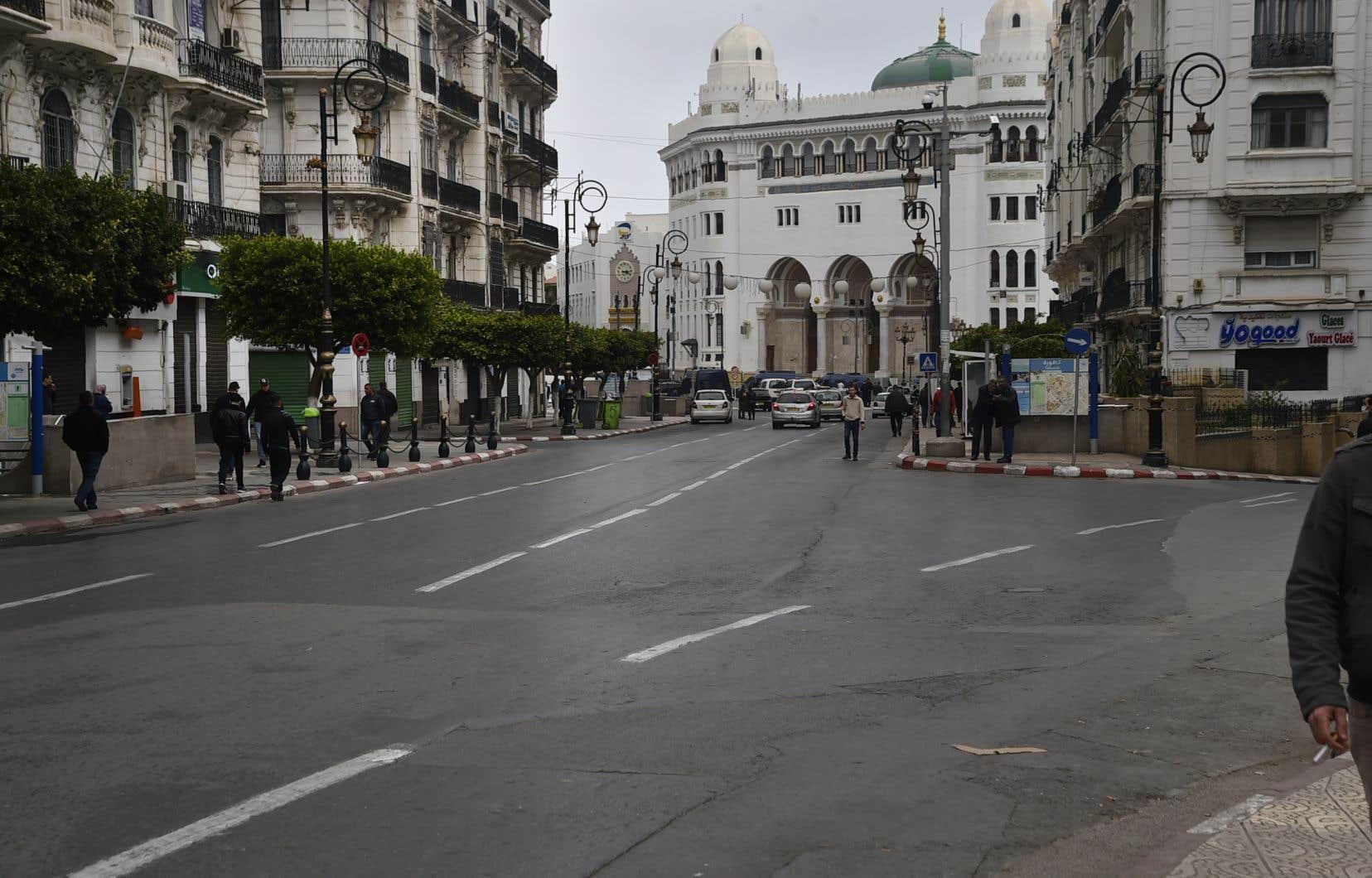 Pour la première fois depuis plus d'un an, les rues d'Alger sont vides un vendredi.