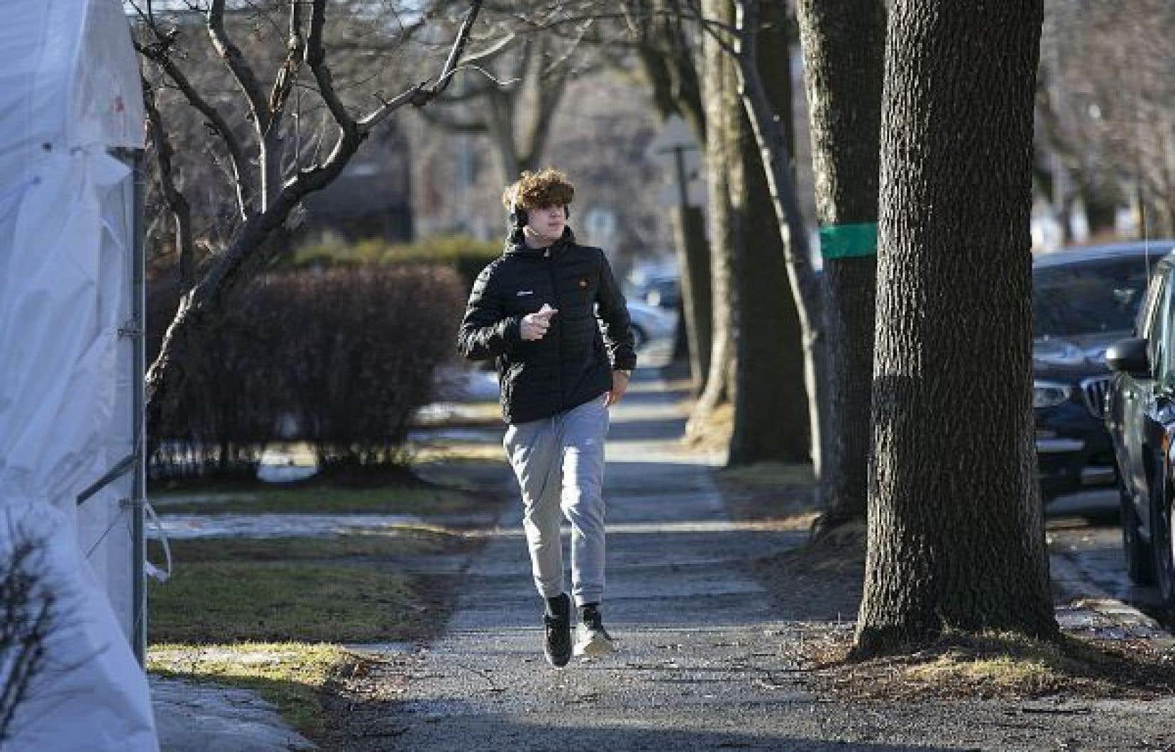 Maxence Côté, un adolescent qui joue au football, fait du jogging pour garder la forme.