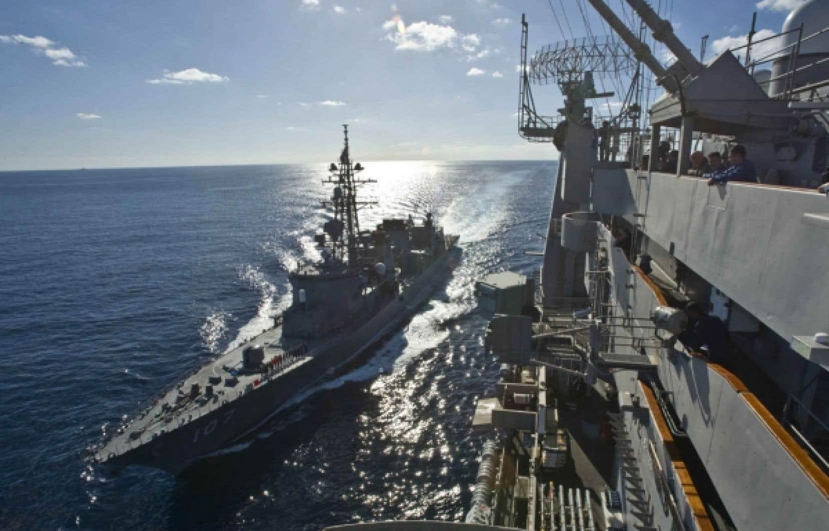 Le destroyer japonais Ikazuchi naviguait dimanche à côté du porte-avions américain USS Washington.<br />
