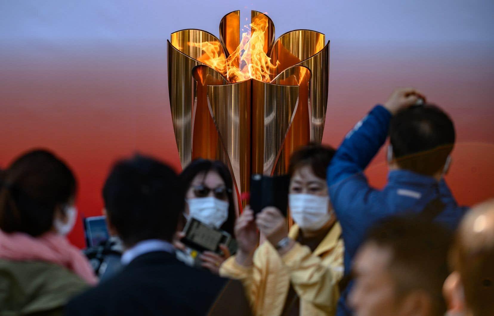 La flamme olympique des Jeux de Tokyo, exposée à Sendai, dans la préfecture de Miyagi au Japon.Les appels au report de la part d'athlètes et d'associations sportives se multiplient.