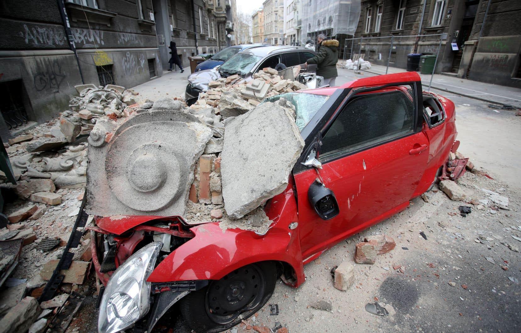 Dans les vieux quartiers du centre-ville, des façades de bâtiments se sont effondrées et de nombreuses parties de la ville sont restées sans électricité.