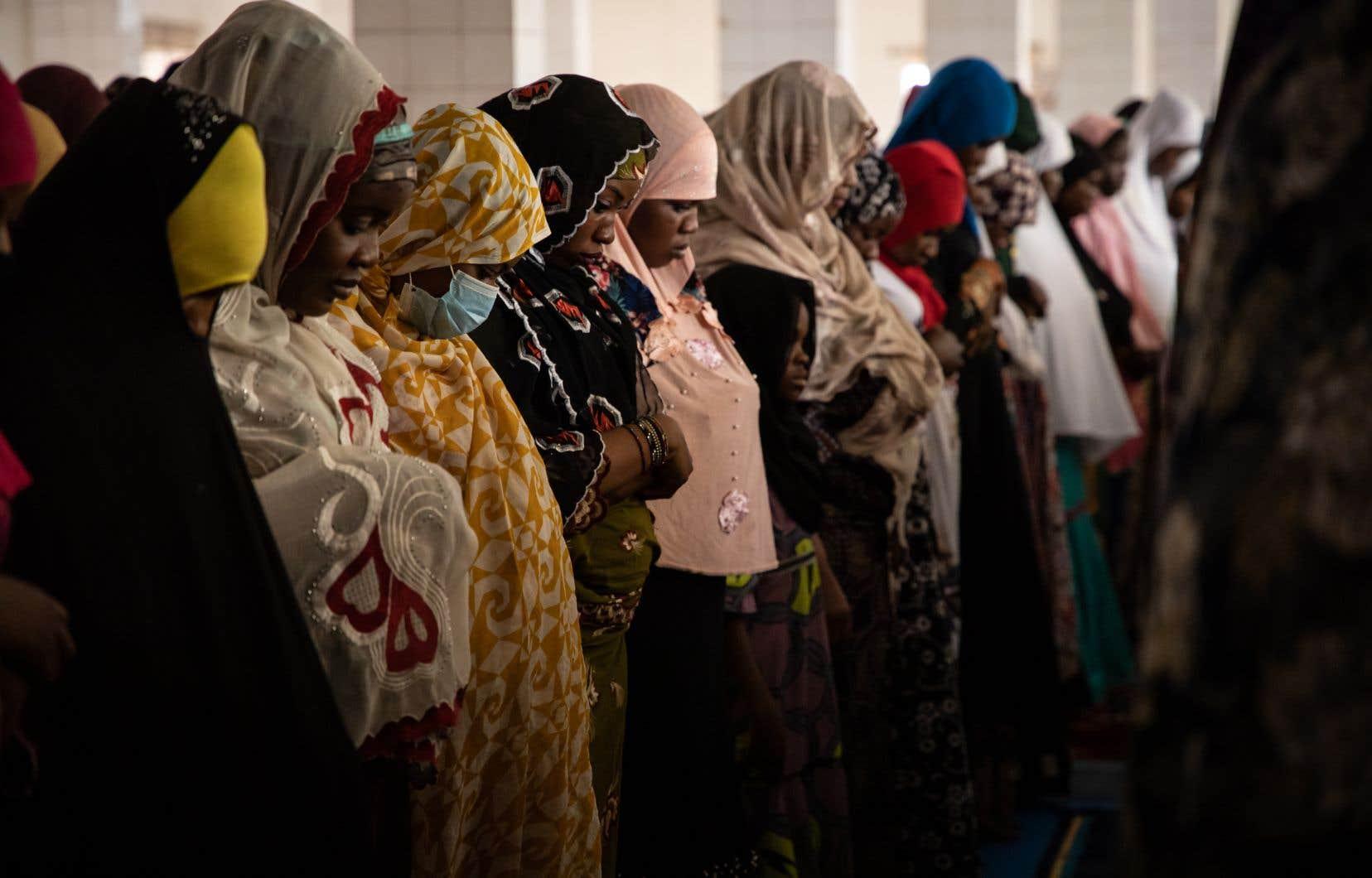 Avant l'annonce du président décrétant une interdiction de regroupements de plus de 50 personnes en soirée vendredi, des musulmans s'étaient réunis le jour même dans des mosquées pour prier.