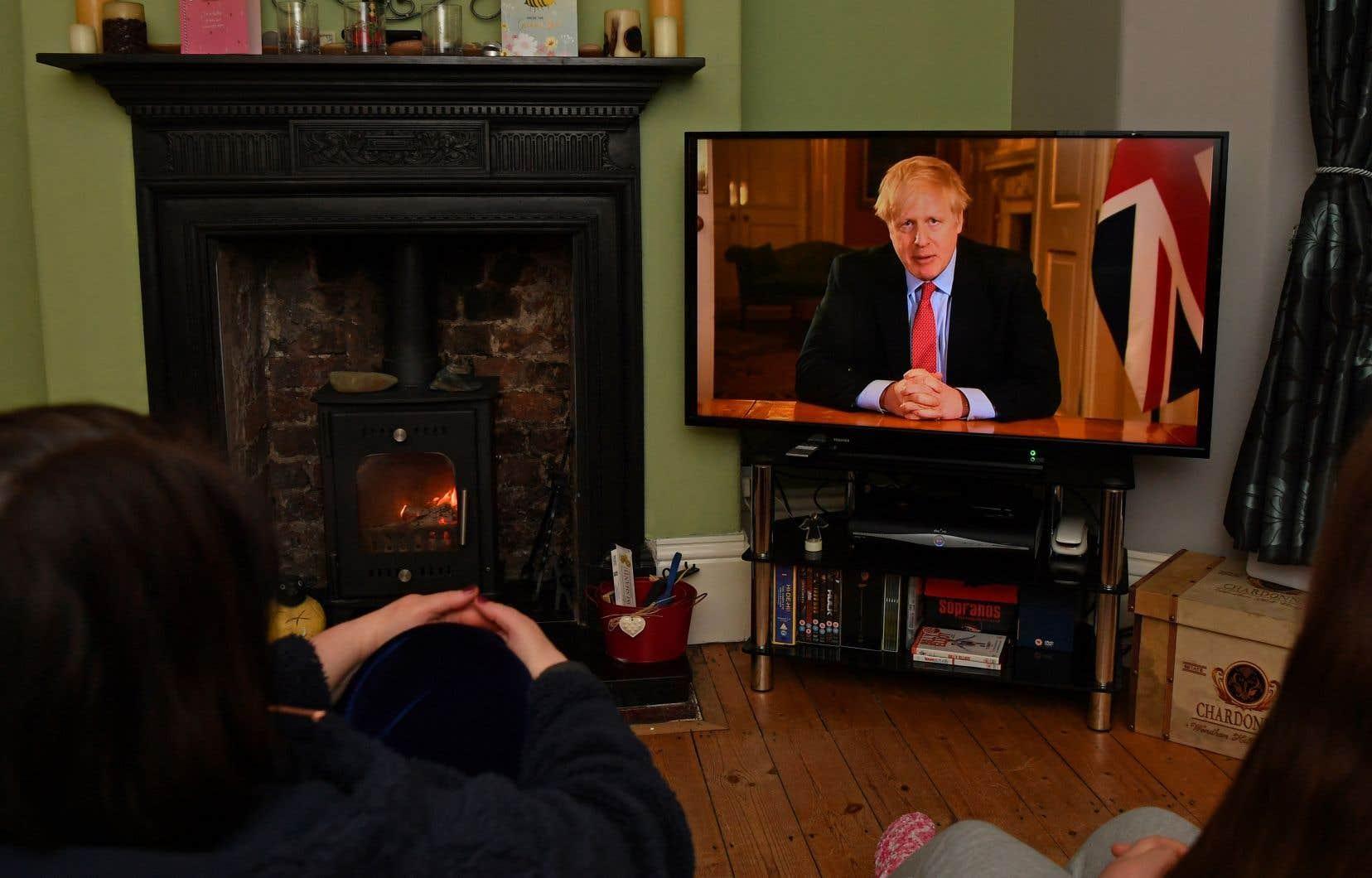 « Àpartir de ce soir, je veux donner aux Britanniques une instruction très simple: vous devez rester chez vous », a déclaré Boris Johnson, décrivant le virus comme « la menace la plus importante à laquelle ce pays a été confronté depuis des décennies ».