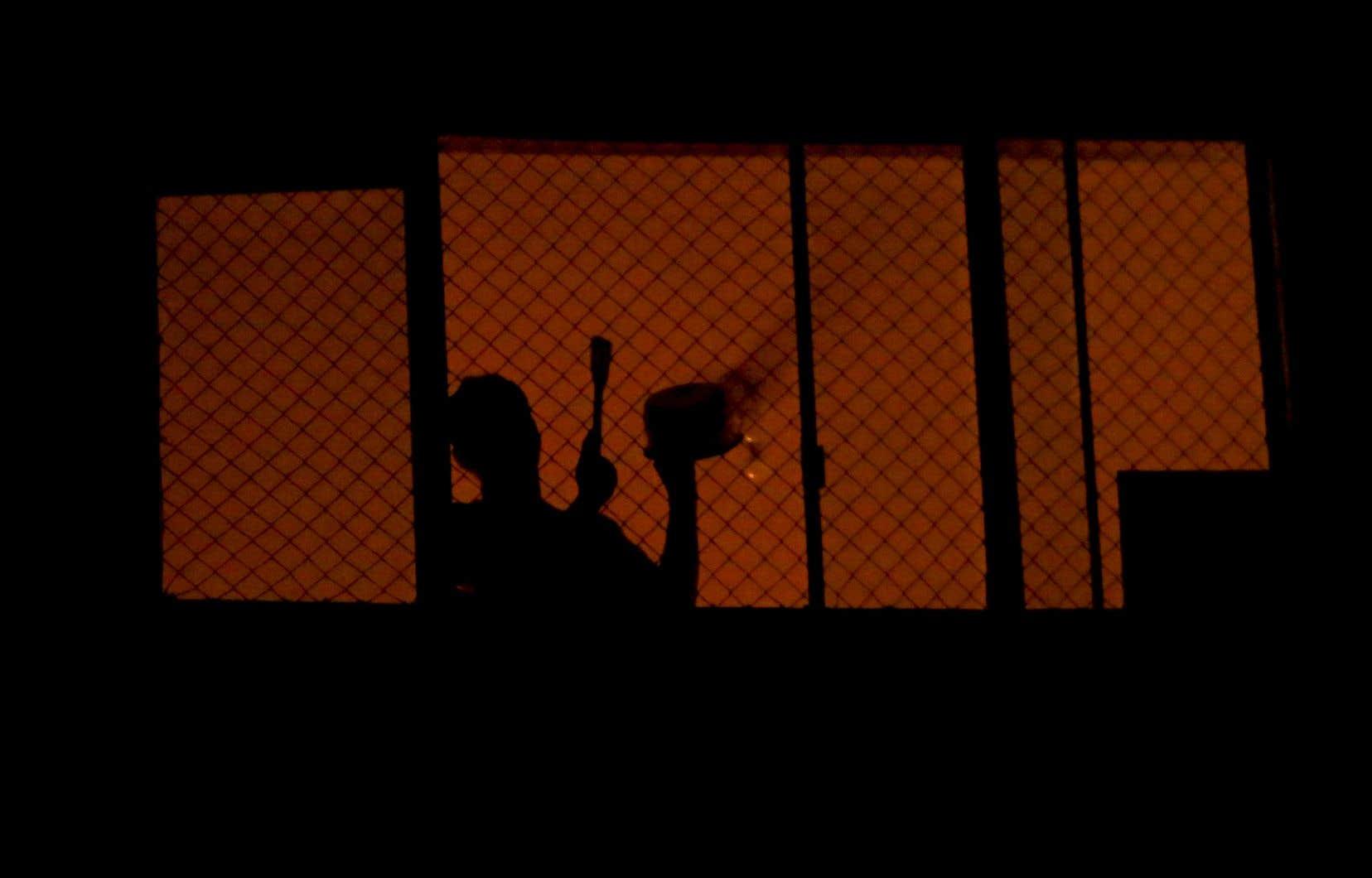 Le mouvement « panelaço contra Bolsonaro » (traduction libre : concert de casseroles contre Bolsonaro) prend de l'ampleur dans les grandes villes du Brésil, où l'apathie du président Bolsonaro face à la pandémie provoque une grogne populaire.