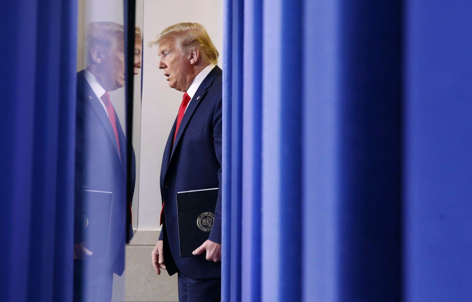 Donald Trump s'est inquiété lundi matin des effets des mesures de confinement sur la première économie mondiale: «il faut aplatir la courbe [des contaminations], PAS l'économie», a-t-il tweeté.